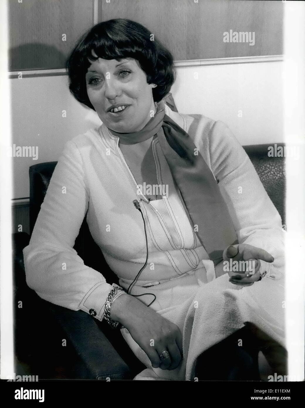 10 octobre 1977 - Les femmes leaders du mouvement de la paix de l'Ulster reçu le Prix Nobel de la paix: le prix Nobel de la paix a été décerné hier à la femme qui a fondé le mouvement de la paix de l'Ulster. Ils sont Betty Williams et Mairead Corrigan, et le prix sera d'une valeur de plus de 5 000. Phot montre Mme Betty Williams vu à Londres hier, après avoir entendu la nouvelle de l'attribution du Prix Nobel de la paix pour elle et Mme Mairead Corrigan. Photo Stock