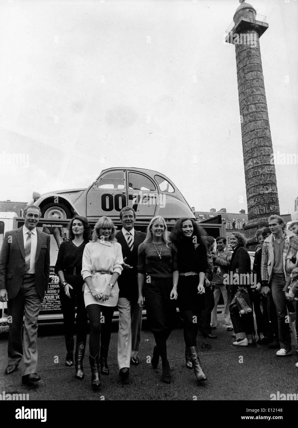 L'acteur Roger Moore sur l'ensemble de Bond Photo Stock