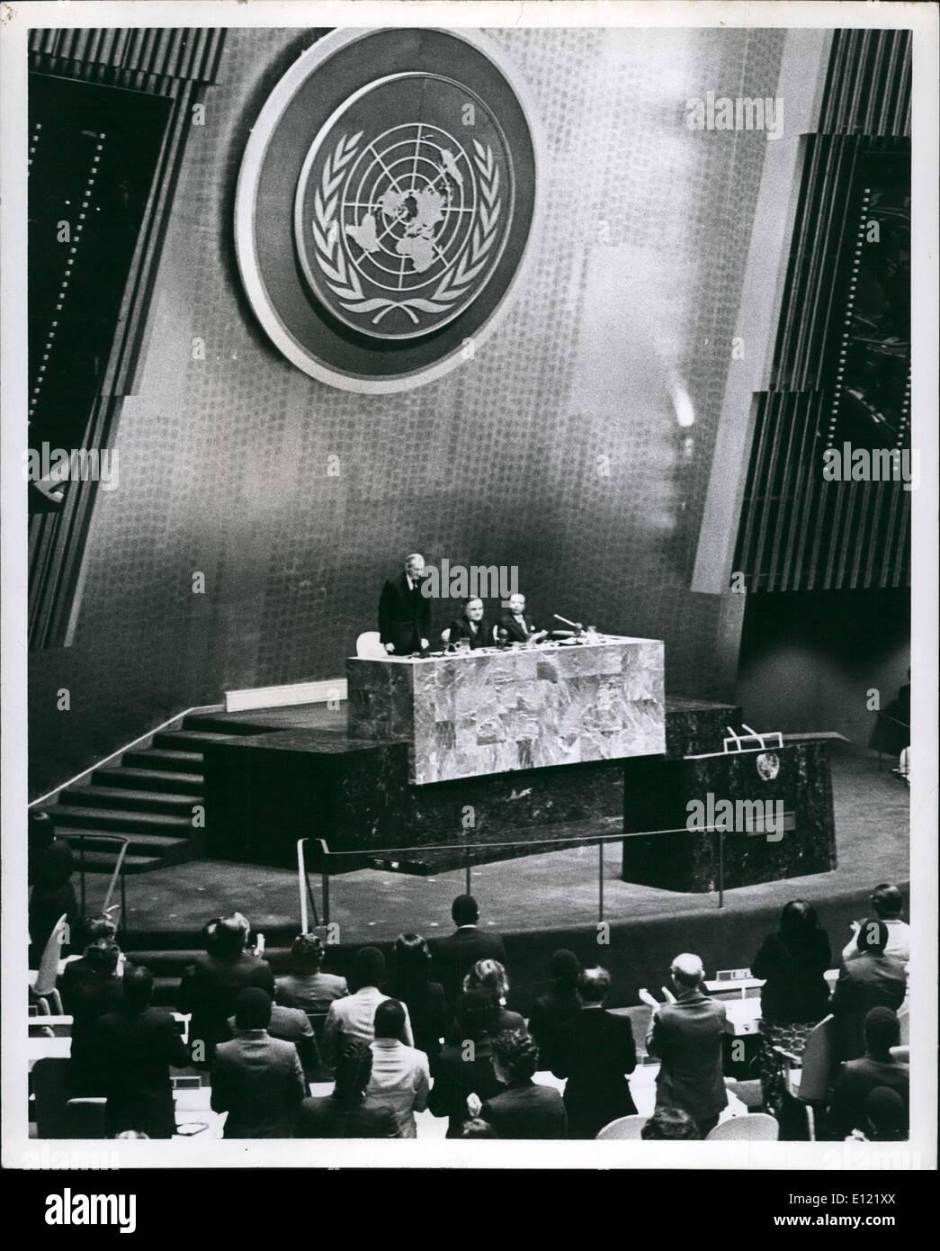 Le 12 décembre 1981 - L'Organisation des Nations Unies, New York. L'Assemblée générale nomme par acclamation Javier Perez de Cuellar comme cinquième secrétaire général pour un mandat de cinq ans. O.P.S:- S.G. sortant Kurt Waldheim, reçoit une ovation de l'Assemblée générale. Photo Stock