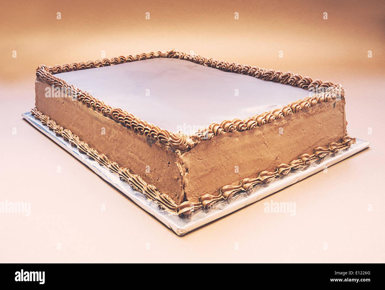 Gâteau au chocolat simple sur fond brun. Banque D'Images
