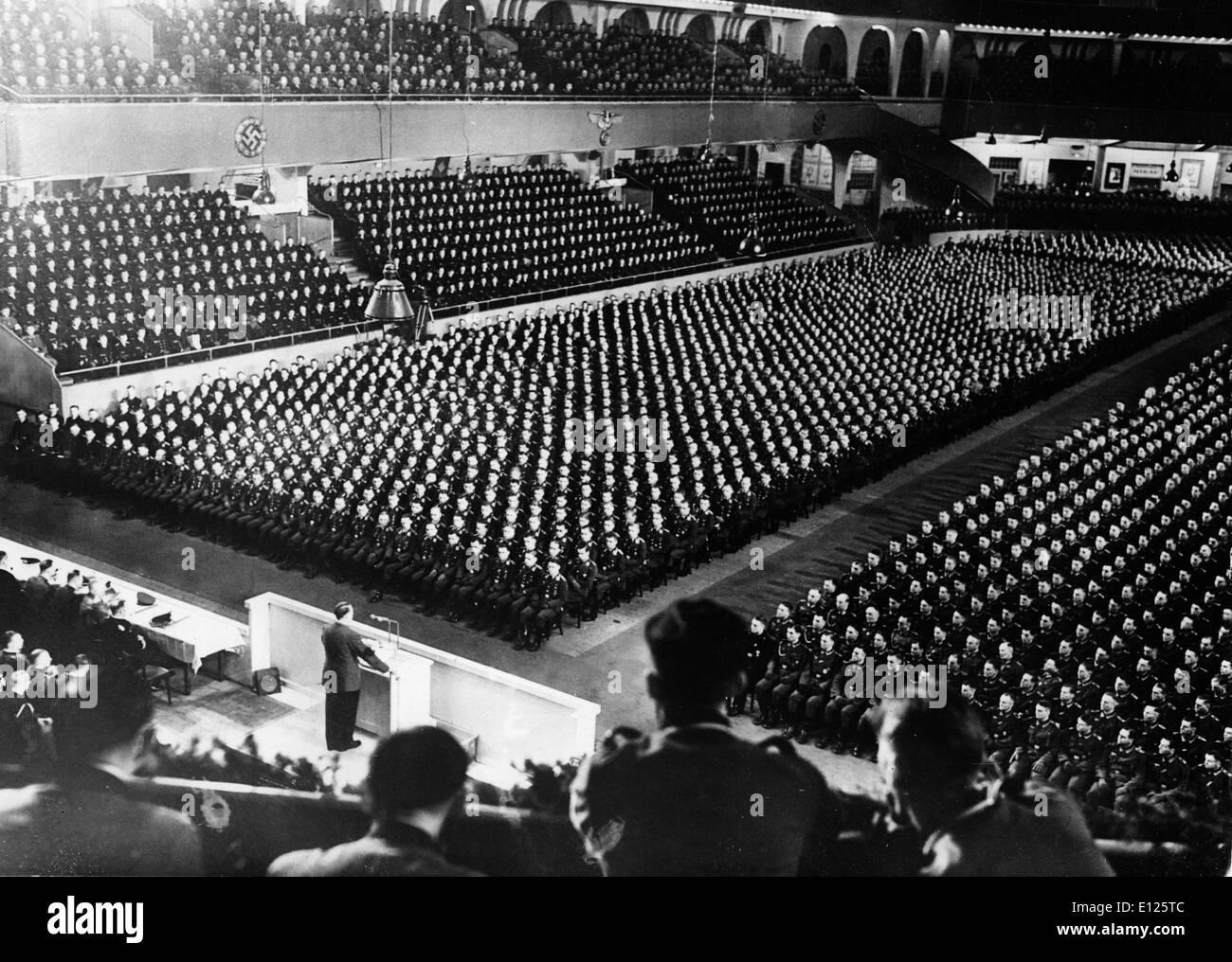 Jan 25, 2005; Berlin, Allemagne; (Photo d'archives. Date inconnue) Adolf Hitler s'adressant à une foule de partisans dans l'Allemagne nazie.. (Cred Photo Stock