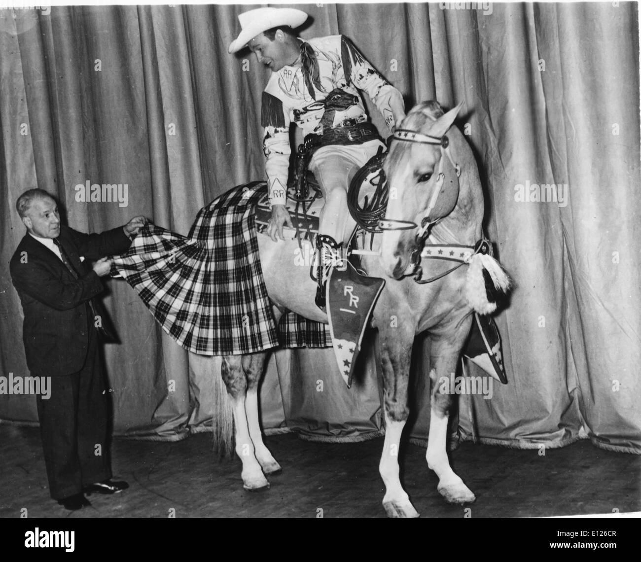 """Jan 02, 2007; Los Angeles, CA, USA; LEONARD FRANKLIN SLYE aka ROY ROGERS (5 novembre 1911 - 6 juillet 1998), qui est devenu célèbre comme Roy Rogers, était un chanteur et acteur cow-boy. Lui et sa troisième épouse Dale Evans, son déclenchement palomino doré, et son berger allemand Bullet ont été présentées dans plus d'une centaine de films et le Roy Rogers Show qui s'est déroulé à la radio pendant 9 ans avant de passer à la télévision de 1951 à 1964. Ses productions habituellement les deux acolytes, Pat Brady (qui conduisait une jeep appelé 'Nellybelle') et la grognon bushwhacker Gabby Hayes. Roy a été le surnom de """"Roi des Cowboys' Banque D'Images"""