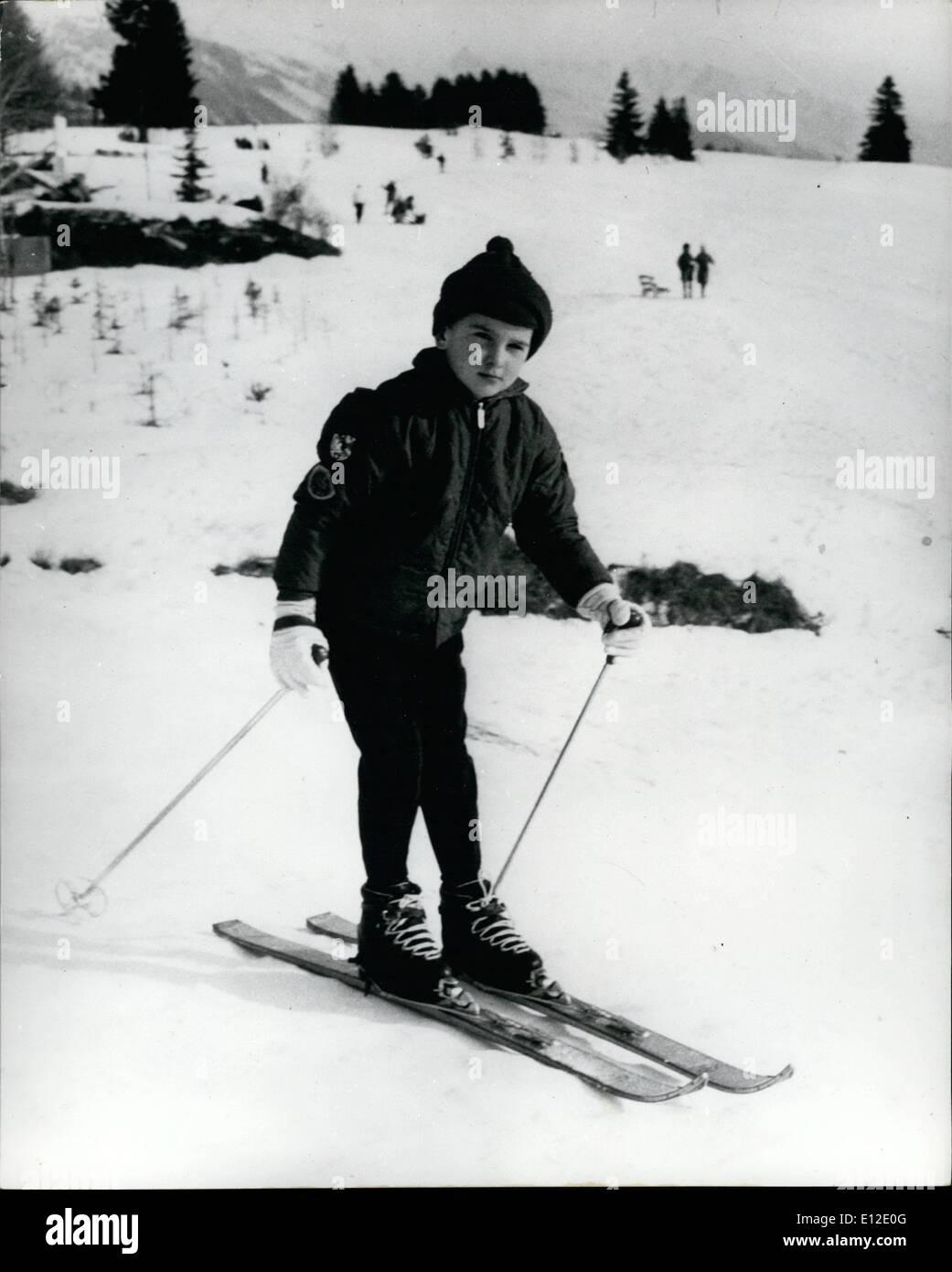 Le 15 décembre 2011 - Milko - Junior sur les sports d'hiver Maison de Vacances - Seul le Fils de Gina est Ski-Ing: Milko JNR - le jeune fils de l'écran star Gina Lollobrigida et M. Milko Skofic est maintenant de passer ses premières vacances loin de sa mère glamour - dégustation les sports d'hiver à Crans Sur Sierre. Gina est maintenant à Rome où elle est filmer ''The Dolls''. Photo montre Milko JR skis - à Crans Sur Sierre. Photo Stock
