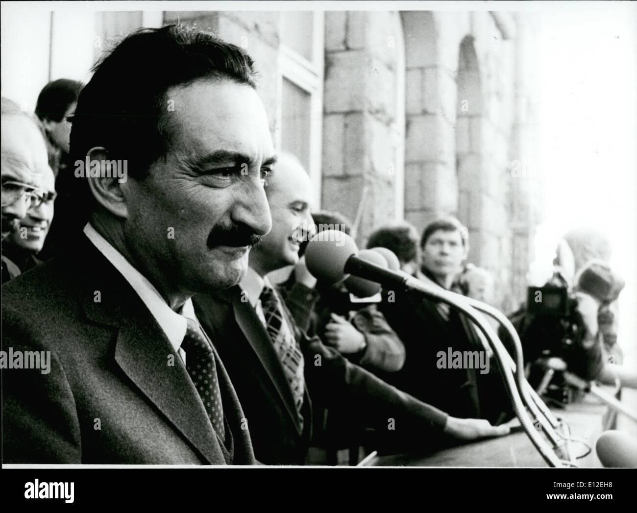 Le 16 décembre 2011 - Le chef de l'opposition de la Turquie ecevit a passé une visite à Hambourg/Allemagne de l'Ouest; par le Inviatated Hambourg Parti Social-démocrate d'Allemagne, le leader de l'opposition turque Buelent Ecevit a passé deux jours à visiter à Hambourg dès maintenant. Au cours de cette, l'ancien Premier Ministre de la Turquie a prononcé un discours d'environ 5000 de ses compatriotes travaillant dans l'Allemagne de l'Ouest. Photo montre Buelent Ecevit en parlant pour les hommes turcs à Hambourg. Photo Stock