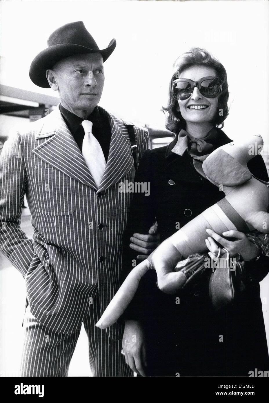 24 février 2012 - L'acteur américain Yul Brynner dans l'Allemagne de l'Ouest. Yul Brynner et son épouse Jaqueline Banque D'Images