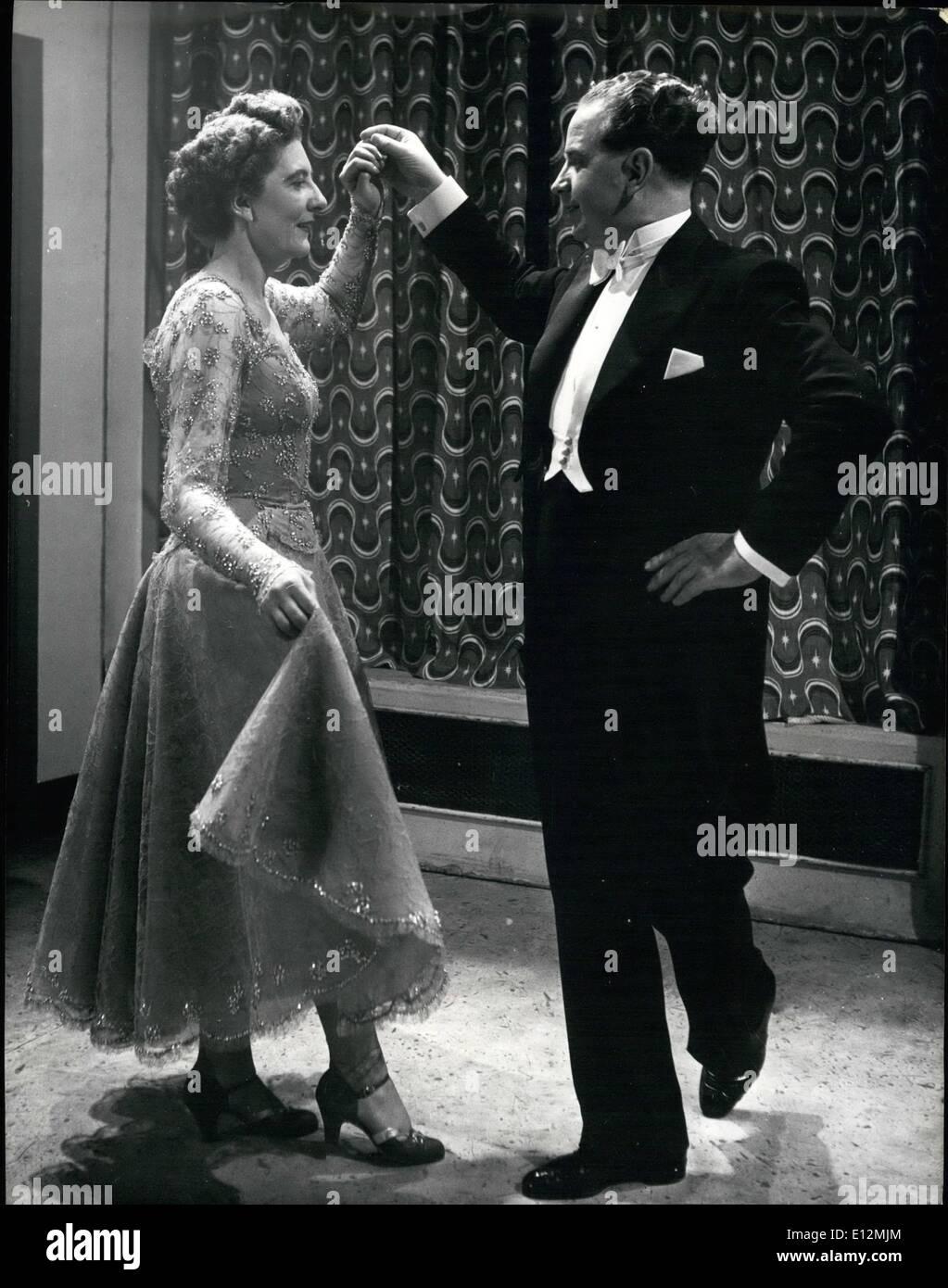 24 février 2012 - La dame termine le tour sous le bras de gentleman et le couple est sur le point d'adopter la valse tenir fermé. Old-Time Expert Danse démontrer leur couronnement Dance ''Une valse de la Reine'': Sydney et Mary Thompson, menant la danse Old-Time experts ont conçu une nouvelle année Coronation ballroom dance pour la télévision, qu'ils ont appelé ''A conçu une nouvelle année Coronation ballroom dance pour la télévision, qu'ils ont appelé ''Une valse de la Reine'' avec de la musique spécialement écrite par Kenneth Wright, chef de programme TV music Photo Stock