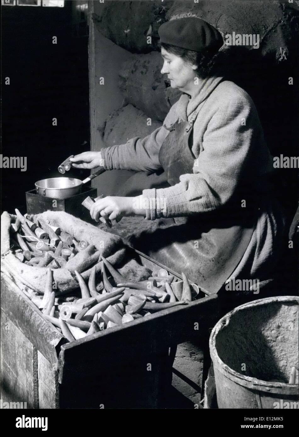 24 février 2012 - Quelle est sa ligne? Mme Edith Durlow a été quinze ans avec l'entreprise. Elle plonge dans le suif cornes pour empêcher la fissuration pendant le tri. Photo Stock
