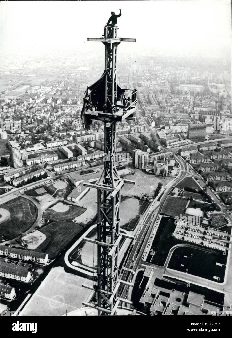 25 février 2012 - Au sommet de son travail! Obtenir jusqu au dessus d'un travail peut parfois se révéler plus difficile qu'il n'y paraît, mais cet édifice travailleur dans Francfort, Allemagne de l'Ouest, il s'est avéré être juste une montée rectiligne. En fait, la grande tour est une nouvelle antenne de télévision pour cette partie de l'Allemagne de l'Ouest. Une fois rempli, il tower 331 mètres de hauteur et devenir le point le plus haut en Europe de l'Ouest. Banque D'Images