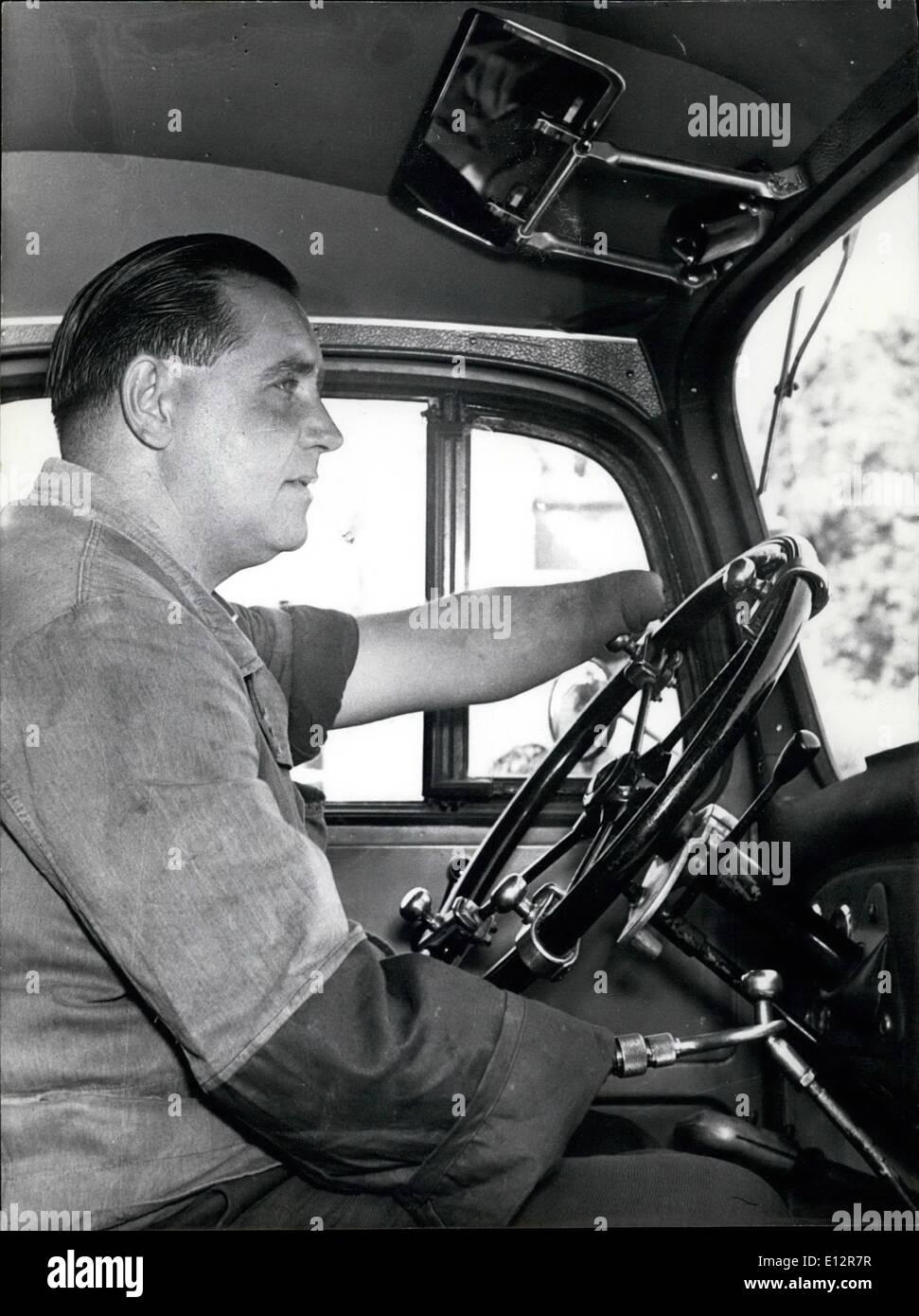 25 février 2012 - Pilotes sans mains. a gagné le concours pour les conducteurs de camion à Munich. Ferdinand Stieler perdu ses mains durant la dernière guerre par la mienne. Il s'est joint à l'épreuve d'aptitude de l'ADAC à Munich dimanche dernier et a gagné. Stieler's profession: chauffeur de camion. Il a en fait 430.000 km sans accident. Photo Keystone 17.9.56 Photo Stock