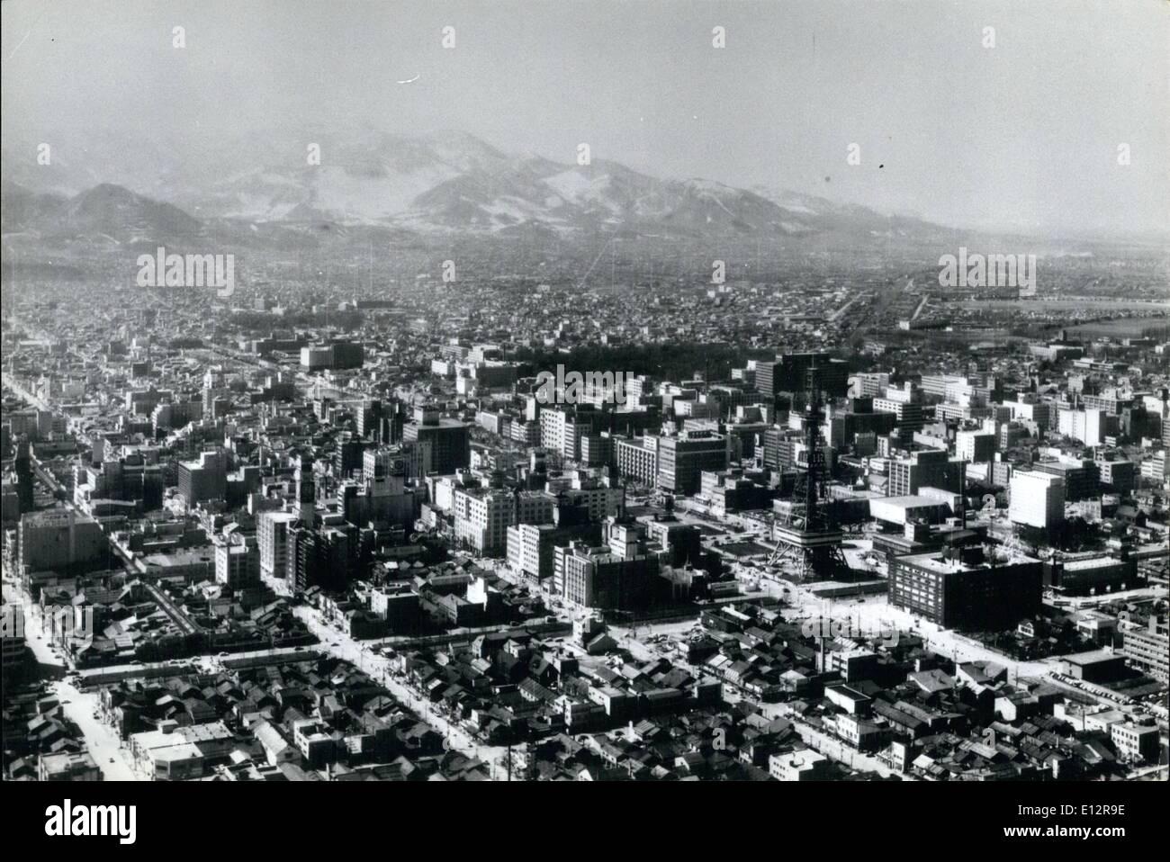 24 février 2012 - SITE POUR LES JEUX OLYMPIQUES D'HIVER DE 1972. Quatorze sites pour les Jeux Olympiques d'hiver de 1972 ont été sélectionnés à Sapporo, ville et montagnes à proximité de Hokkaido, Japon, l'île la plus au nord et les préparatifs sont déjà en cours de remodelage et de construire les différents sites pour le grand événement. PHOTO: Une vue aérienne de la ville de Sapporo, la capitale de Hokkaido, avec une population de 900 000 personnes. Dans la distance est le Mont Teine. Photo Stock