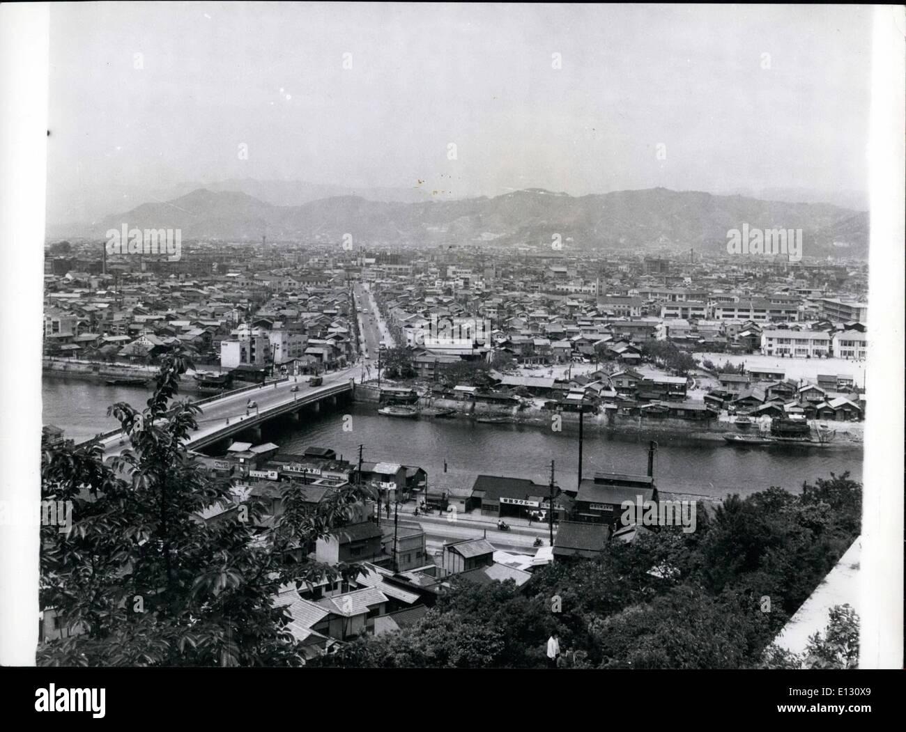 Le 26 février, 2012 - Hiroshima 14 ans plus tard: maisons en bois typiquement japonais entouré les bâtiments contemporains qui ont Photo Stock