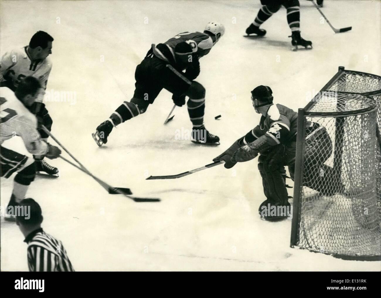Le 26 février 2012 - Canada - CSSR. - Match de hockey sur glace 1964 Jeux Olympiques à Innsbruck en Autriche Photo Stock