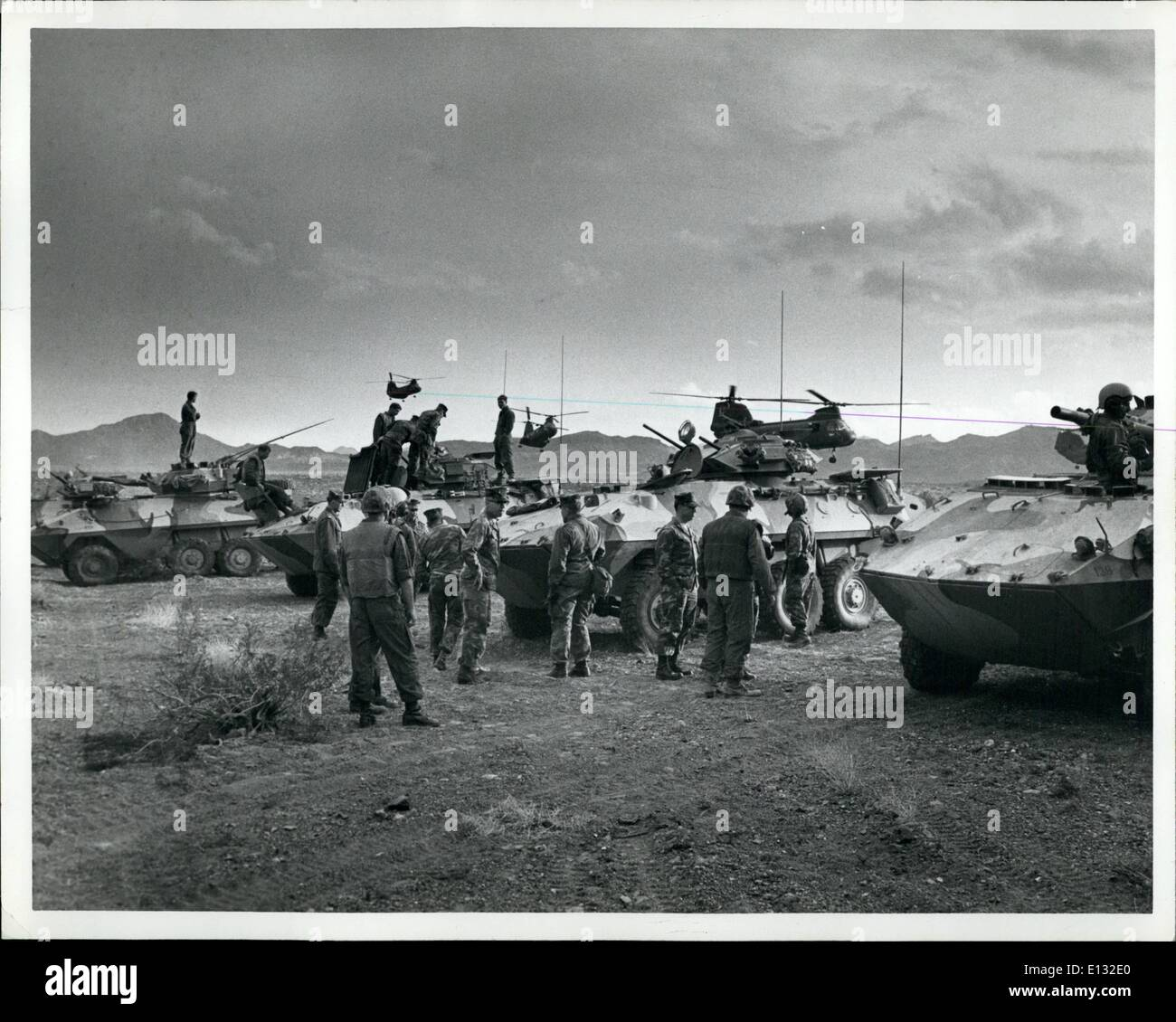 26 février 2012 - Un élément du 7e bataillon amphibie Marine (MAB) partie de la force de déploiement rapide, tenue de manoeuvres du désert dans le désert de Mojave. Photo Stock