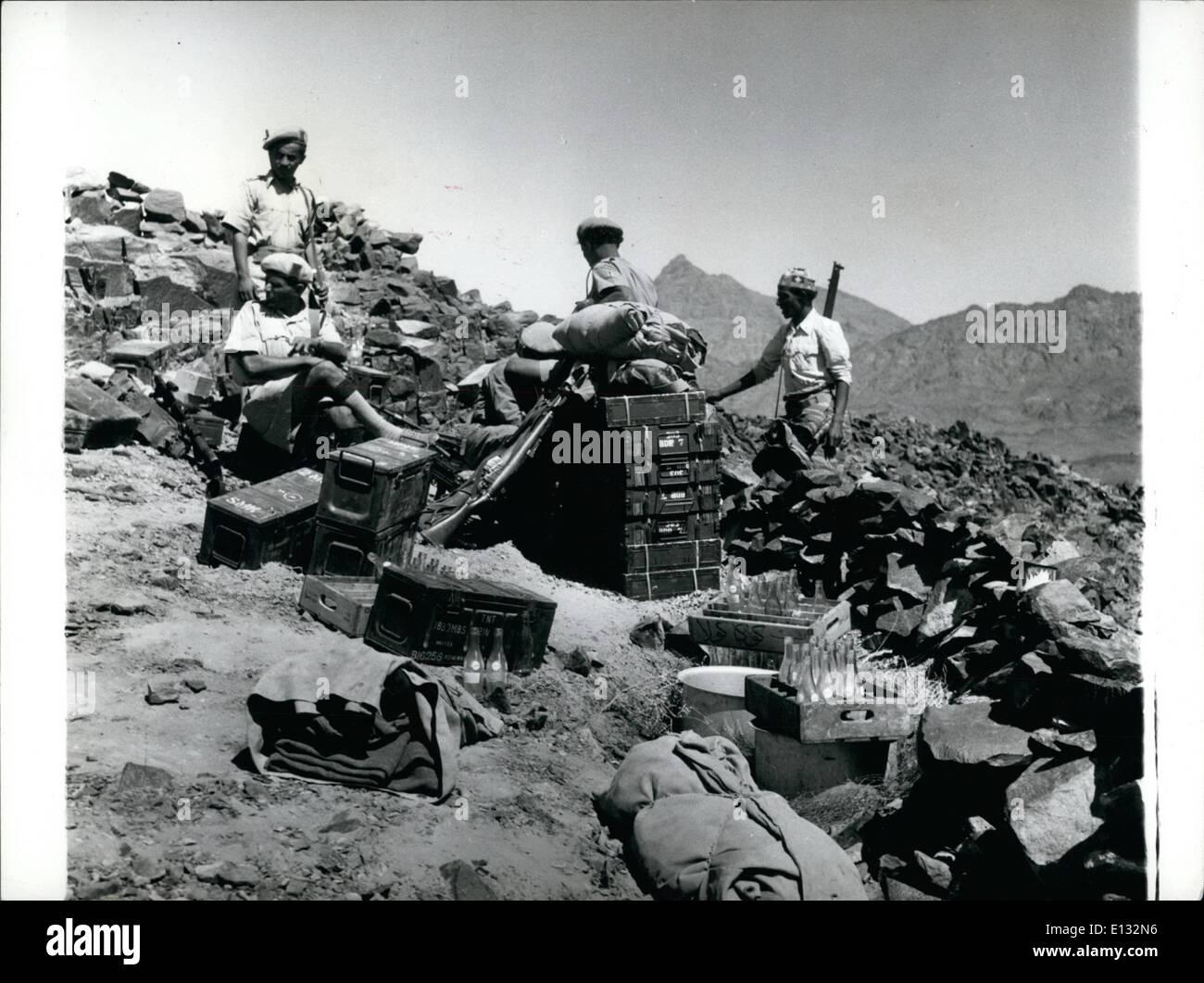 Le 26 février 2012 - Yemen-Aden frontière.: Dans la brillante lumière et chaleur intense Afen garde du gouvernement reste sur leurs caisses de munitions. Notez également les caisses de boissons non alcoolisées. Photo Stock