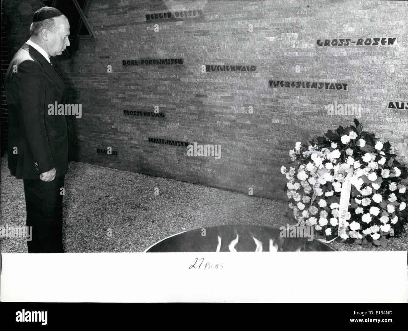 Le 26 février 2012 - Le Premier Ministre d'Israël visite la République fédérale d'Allemagne: Pour la première fois un Premier Ministre israélien a effectué une visite à la République fédérale d'Allemagne, le Premier Ministre Itzchak Rabin est arrivé à Berlin ouest le mardi et s'envoleront à Bonn le mercredi. Il y aura des entretiens avec le chancelier Helmut Schmidt, et M. Henry Kissinger. Avant que le Premier Ministre Rabin est arrivé à l'ouest de Berlin, il a visité l'ancien camp de concentration de Bergen-Belsen où il a commémoré les victimes du national-socialisme Photo Stock