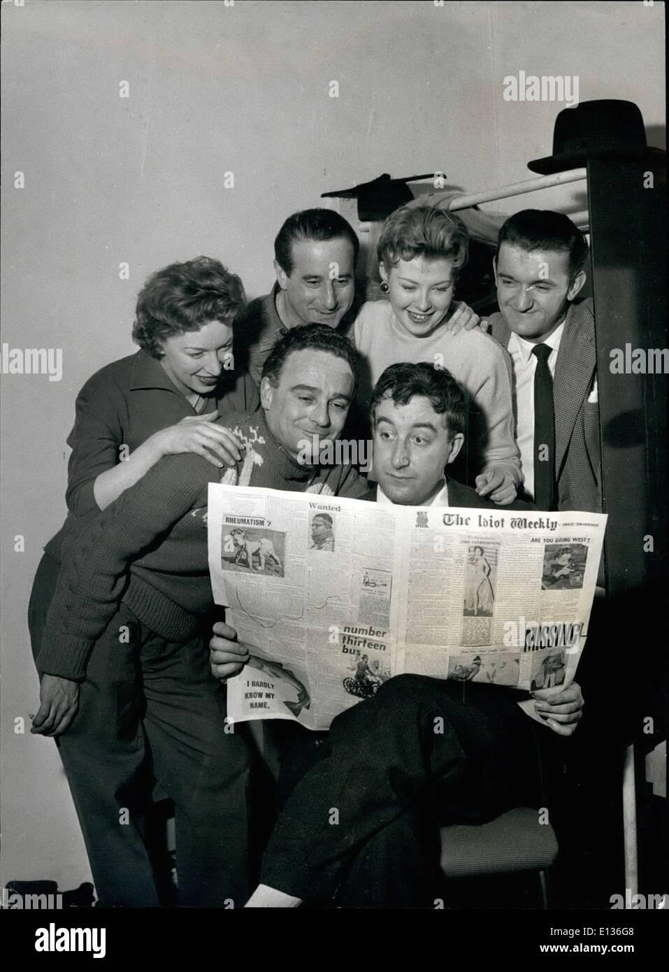 28 févr. 2012 - Peter vendeur lit les dernières nouvelles de ''Idiot Weekly'': Peter Sellers, comme un maître a un repas mal dans sa Photo Stock