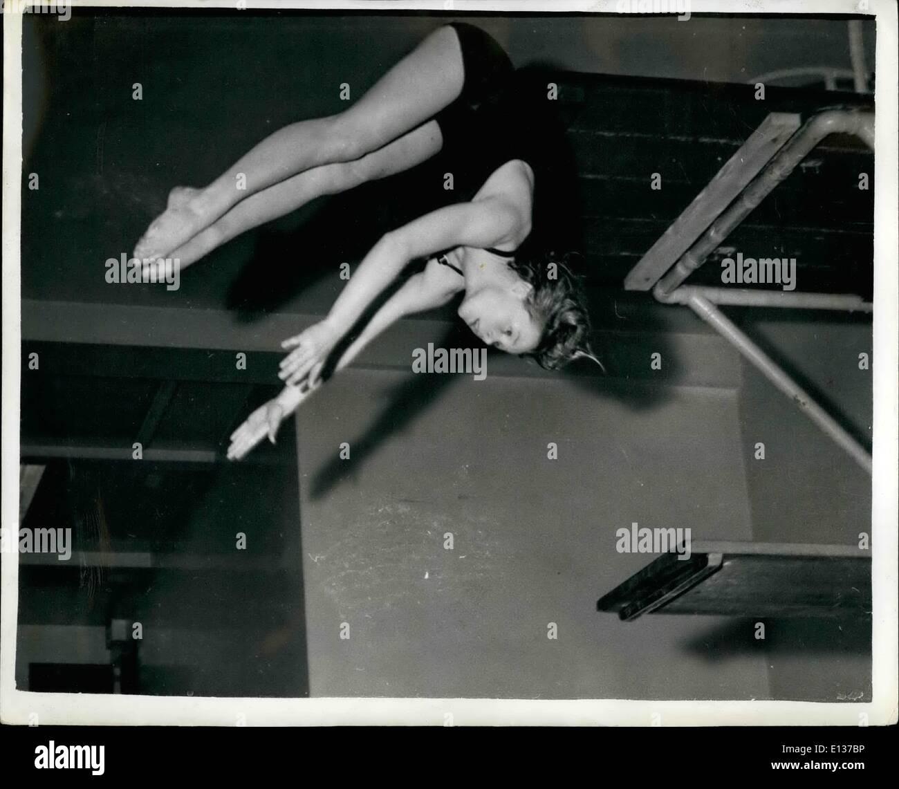 29 février 2012 - Treize ans Margaret pour représenter la Grande-Bretagne. Elle est une plongée Olympique espère.: Margaret 13 ans Austen de Kenton, Middlesex - appris hier qu'elle avait été choisi de plonger pour la Grande-Bretagne contre l'Allemagne à Leipzig les 11 et 12 juin. Margaret qui n'est que de 4 ft. 10. in. de hauteur - Plongée à partir du conseil de 10 mètres de haut. Être choisi pour ce concours met en ligne comme Margaret possible pour les Jeux Olympiques. Photo montre Margaret Auston plongée dans l'eau au cours de la formation à la quincaillerie des bains Road Londres ce matin. Photo Stock