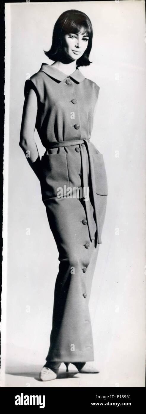29 février 2012 - La robe de l'hôtesse pour les prochaines soirées d'hiver.: hôtesses porter cet hiver - soirées un framboise robe jersey boutonnée comme celui-ci. Photo Stock