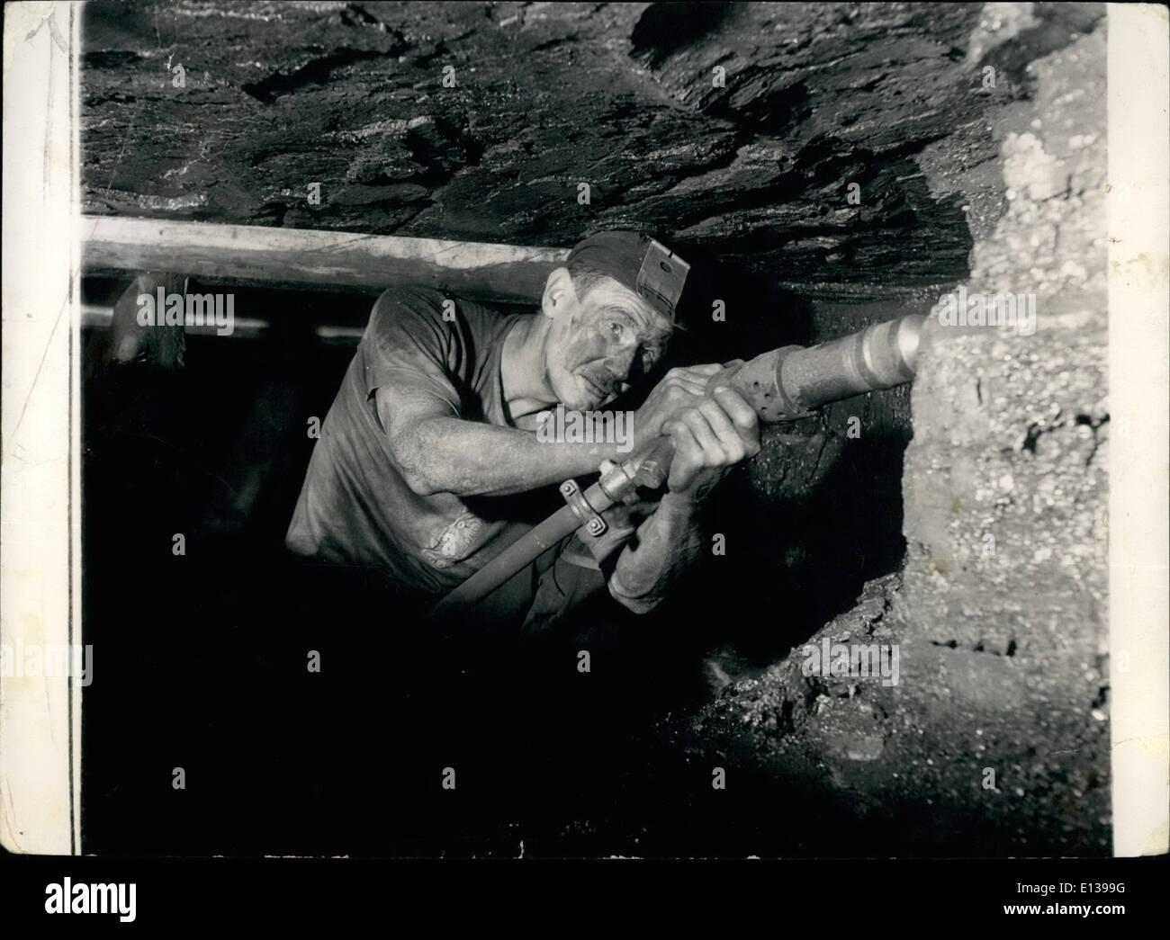 29 février 2012 - l'homme qui obtient le charbon.: à genoux dans un 3-pieds de SEAM, travaillant toujours à l'aise dans une position accroupie, le corps tout entier tremble de mineur avec les vibrations jeté dehors par son percer comme il creuse son chemin dans le front de taille. Photo Stock