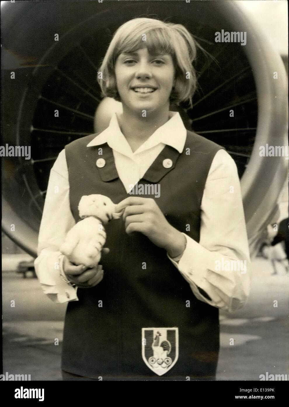 29 février 2012 - ici, c'est Christine ''Kiki'' Caron posant avec sa mascotte en peluche avant de partir pour les Jeux Olympiques de Tokyo. Dunja Rajter actrice yougoslave à signer d'autographes. Photo Stock