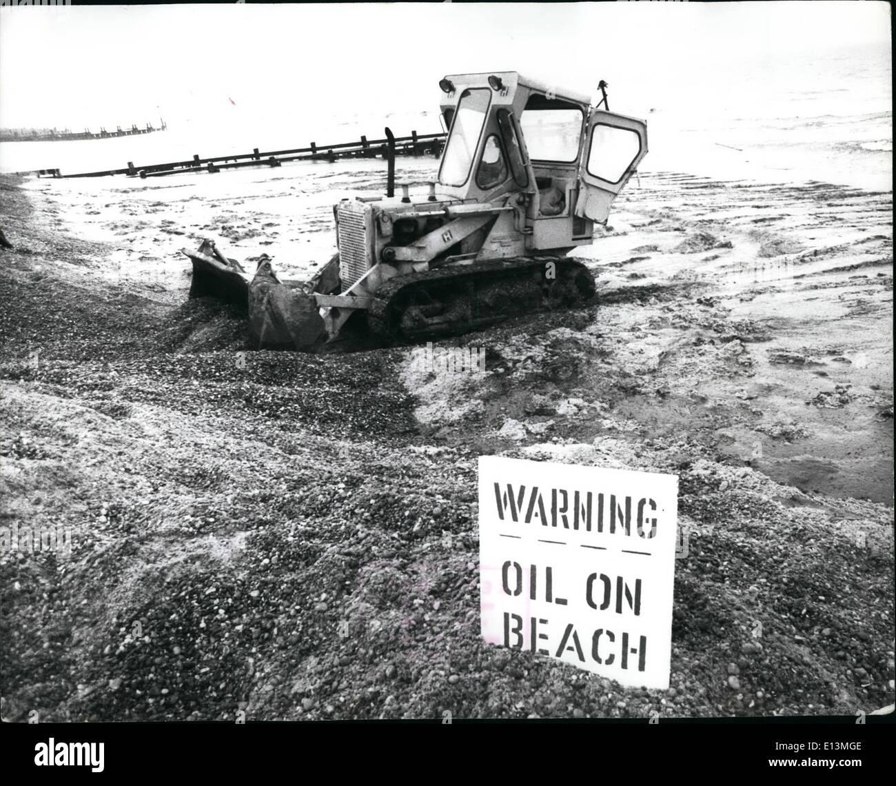 Mar. 22, 2012 - L'huile Hits Maison de vacances Plages: Une quinzaine de kilomètres de plages de Anglian EAS ont été pollués hier par noir épais huile moteur du naufrage du pétrolier grec, Eleni C. 12 000. L'oil est venue à terre Winverton entre, Norfolk, et Lowestoft. L'Eleni a été coupé en deux le samedi après une collision avec le navire marchand français Roseline1 16 000 - la section avant du navire-citerne a été échoué sur un banc de sable près de quatre kilomètres de lowestoft par les ancres qu'elles espèrent arrêter il dérivait et démolition et répandre le reste de ses 3 000 tonnes à bord encore Photo Stock