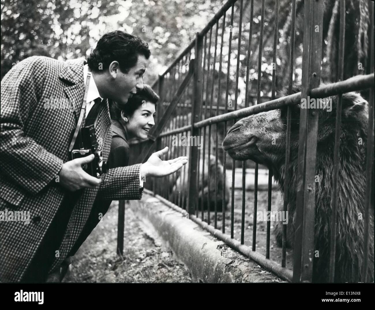 22 mars 2012 - Frank Wolff visite le Zoo: Frank Wolff est l'acteur qui est devenu bien connu - de l'ordre public international pour son rôle dans ''Salvatore Guiliano''le film que l'histoire de la vie de l'acier plus célèbre bandit au cours de 20 dernières années: Guiliano. Wolff a été dans le film en le bandit Gaspare Pisciotta Giyliano et le cousin de l'homme qui l'a trahi. Frank Wolff a également un rôle très important dans ''P ocens de Vérone'' comme Galeazzo Ciano, gendre Musselini Photo Stock