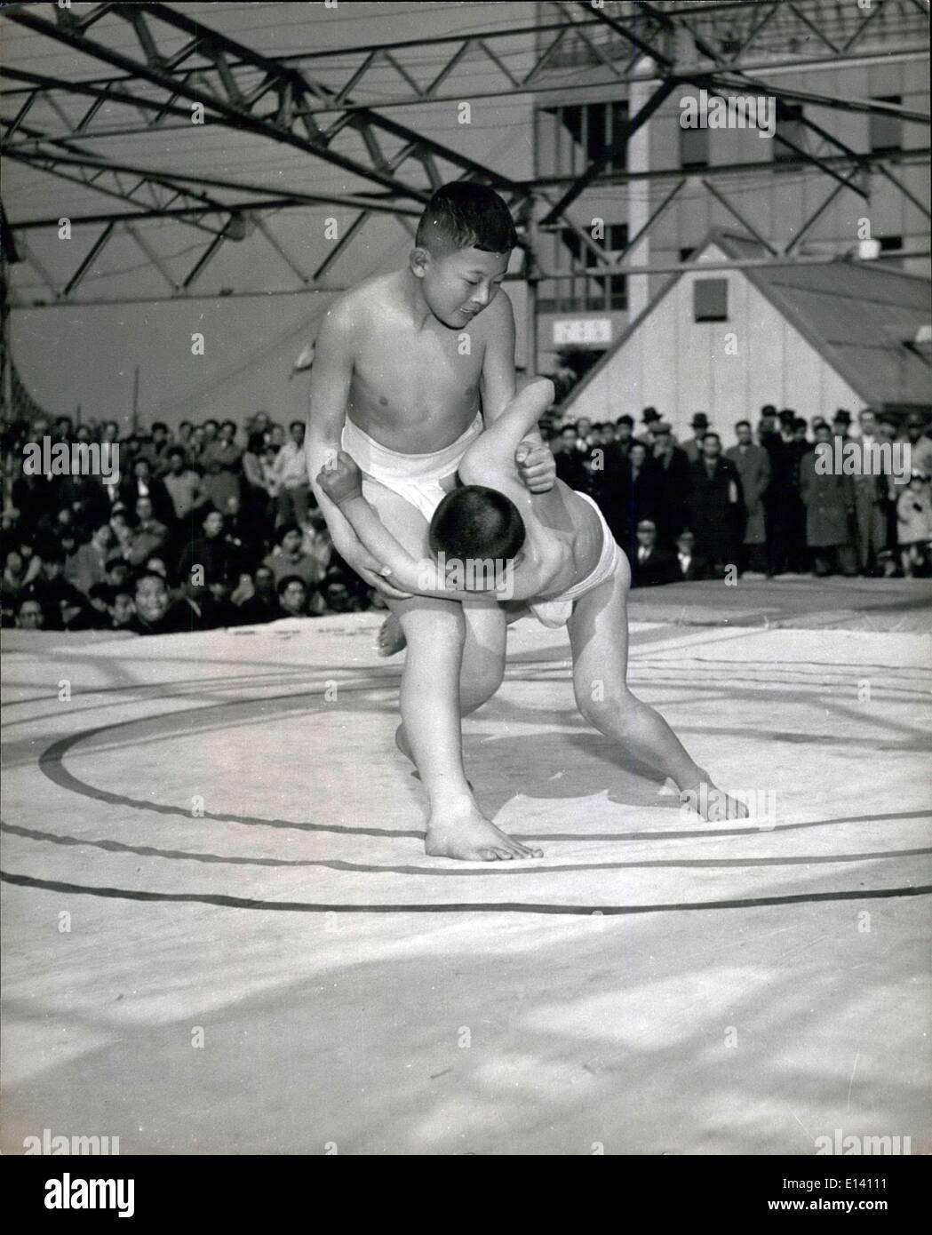 31 mars 2012 - Les jeunes au Japon est fou sur le Sumo: Les parents voient leurs enfants se débattre au cours d'un tournoi de sumo. Les garçons ne sont pas nécessairement identiques pour la taille, comme une connaissance du Sumo enlève tous les avantages de la force et de l'envergure, laissant seulement l'avantage de compétence. Photo Stock