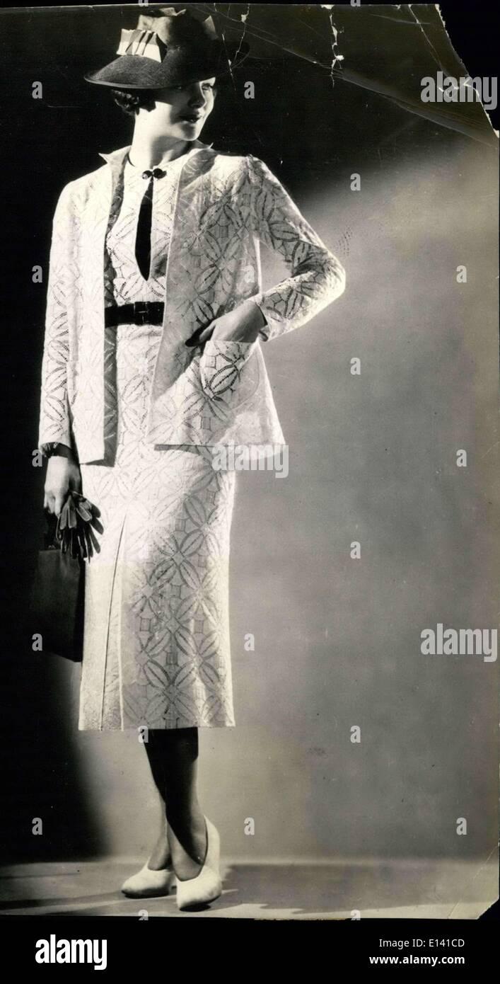31 mars 2012 - Dentelle pour feux de charme. New York: un certain figure aplatie est cette veste sur mesure robe de dentelle en Brocord un grand effet avec quatre pétales points Nubby répartis dans le design. La robe est claire, avec manches courtes, boutonner au cou avec gros ballon bouton dans une couleur contrastante pour correspondre à la ceinture en cuir - il a une veste avec perte de tout droit et de larges poches manchons long plain. C'est l'une des élégantes lavable. Photo Stock