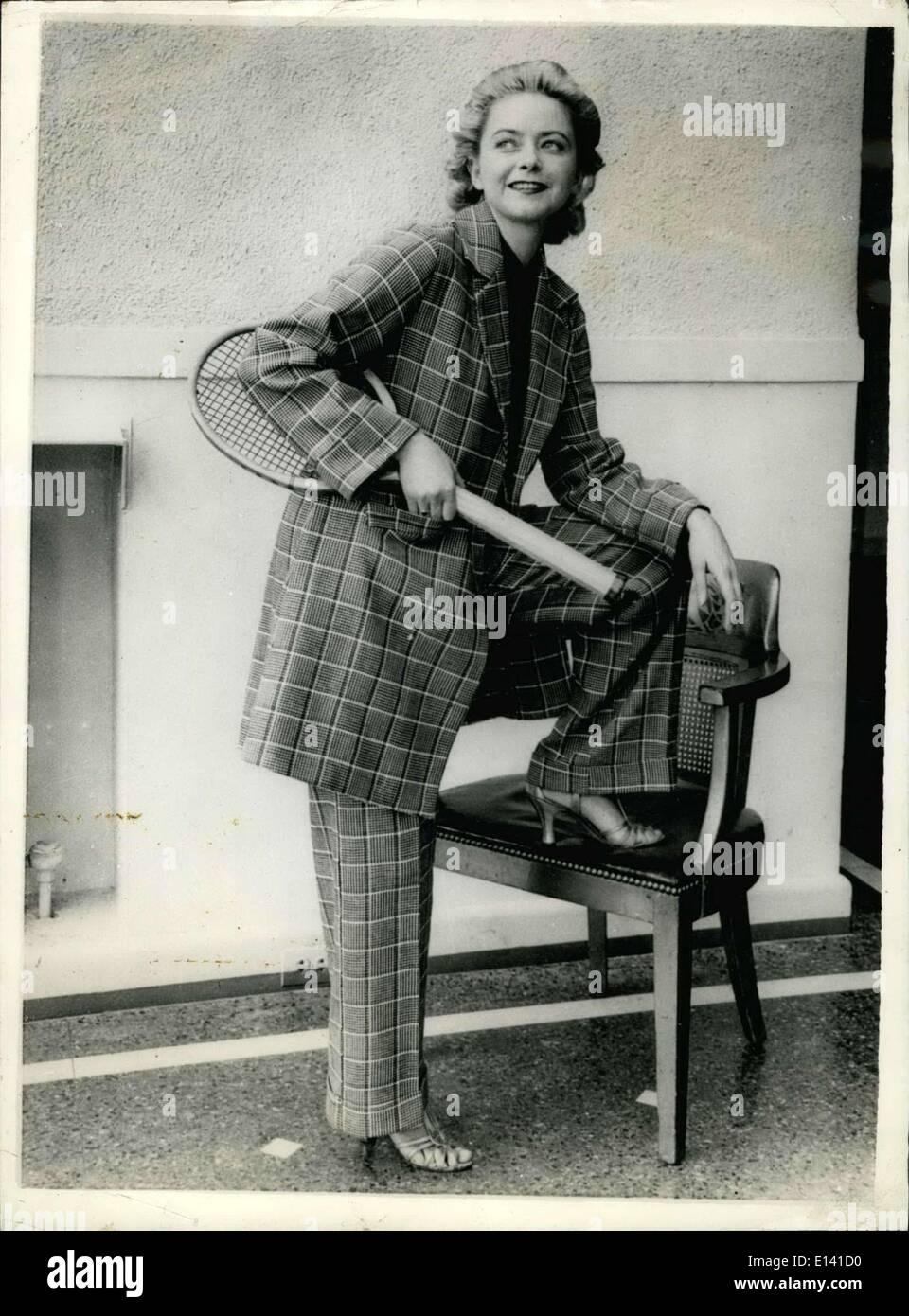 31 mars 2012 - Encore et encore des modes pour M' Dame: à partir de l'Amérique arrive ce modèle d'été avancée pour la Miss moderne des courts de tennis. Le matériau est le coton tweed et apparaît en vert et blanc, composé de pantalons sur mesure avec revers et un manteau trois-quarts avec poches. Photo Stock