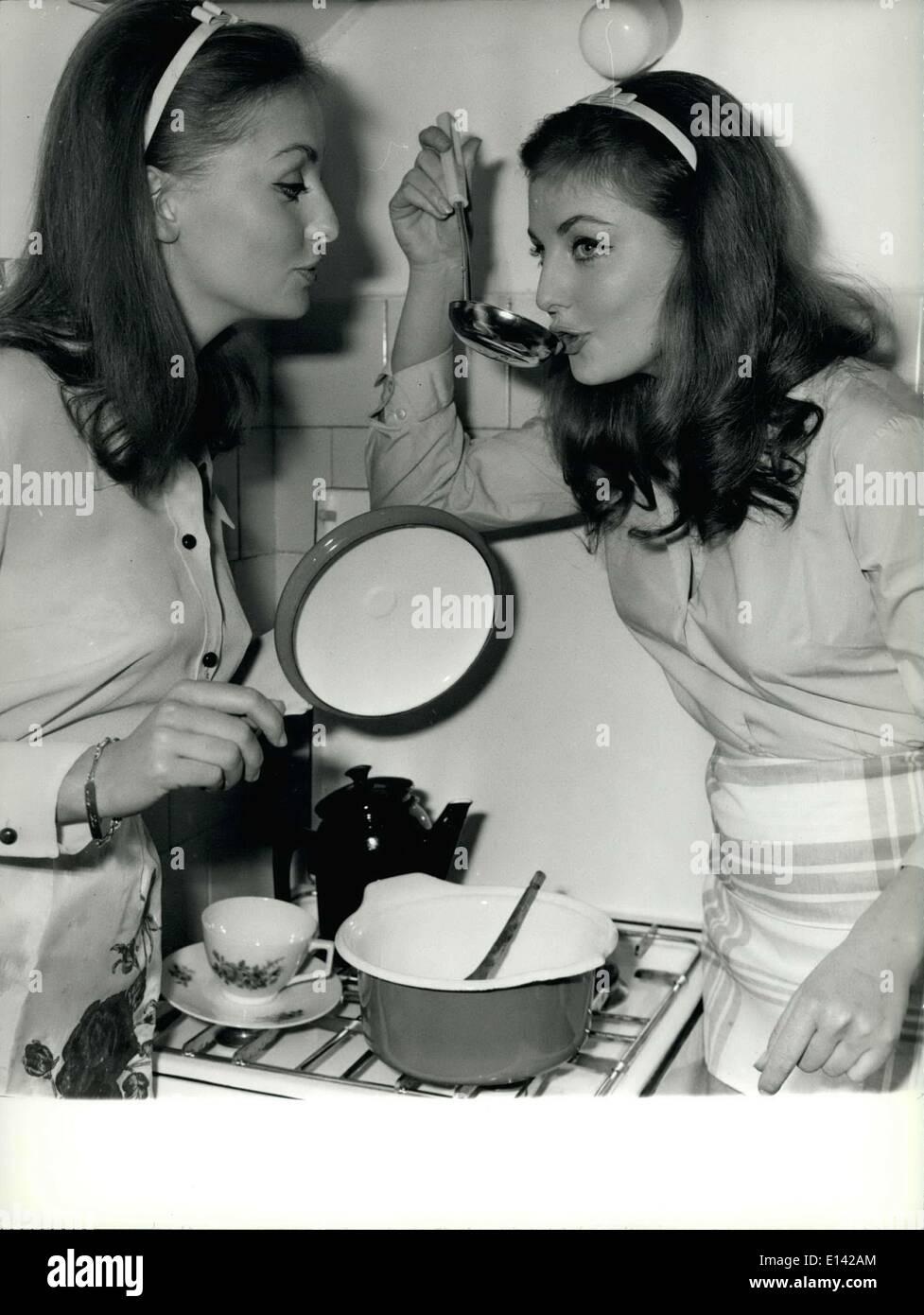 31 mars 2012 - Mia et Pia Gemberg les jumeaux les plus célèbres de Rome: l'Allemand des jumeaux Mia et Pia Gemberg qui habitent à Rome déjà depuis de nombreuses années sont devenus l'animal-jumeaux d'acteurs étrangers colonie et qui vivent dans notre ville. Ils ont déjà joué ensemble dans plusieurs films et ont maintenant été demandé par les producteurs américains. Blond, grand, yeux bleus et de beaux chiffres sont vraiment comme deux gouttes d'eau, même dans leurs préférences et caractères. Comme les deux hommes cheveux foncé et leur acteur préféré est William Holden. Est-ce que M. Holden être embarrassés pour choisir entre les deux? Photo Stock