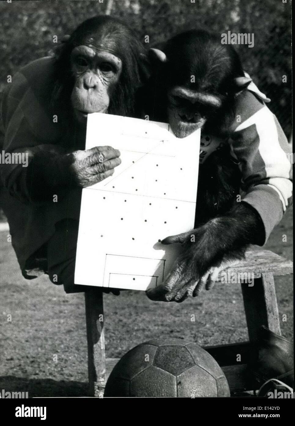 31 mars 2012 - La Coupe du monde n'est plus de combat, non pour les chimpanzés: Monkey Business sur caries football, saison ou pas. Ces deux chimpanzés du Zoo de Munich, Allemagne, en Hallabrunn serait toujours heureux d'être le nouveau football Superstars. Bien sûr le football devrait être joué avec les pieds, pas les mains, mais nous allons l'oublier et de pardonner les chimpanzés il ils ne sont pas les meilleurs joueurs du monde. Mais ils font d'excellent gardien de but, avec l'avantage supplémentaire de l'aide à quatre pattes! Photo Stock