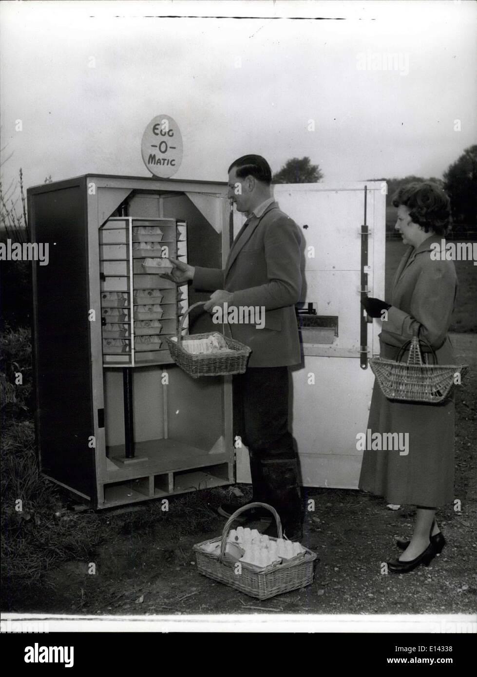 Avril 04, 2012 - Chargement: agriculteur Dan Stride de Warhead ferme près de Chiohester à Sussex qui avait la première machine à eccomatic installés est affiché ici chargement de la machine pendant qu'un client attend. Photo Stock