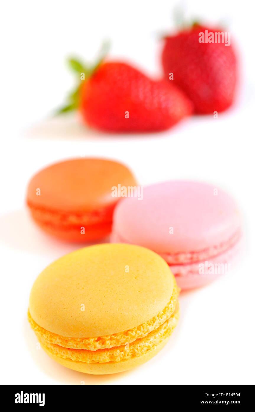Certains macarons appétissants avec différentes saveurs et couleurs sur un fond blanc Banque D'Images