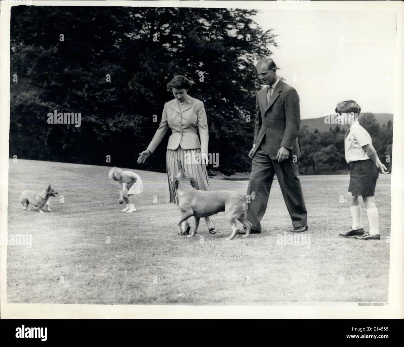 Avril 04, 2012 - Ne pas publier avant septembre 16e soirée 55. Embargo s'applique à tous les compter~ies. La famille royale à Balmoral. Amusements avec les Corgis: la princesse Anne tente l'Corgi de la Reine ''Sugar'' avec une balle et le duc d'Édimbourg le chien ''candy'' regarde la Reine Elizabeth comme la famille royale à pied dans le parc du château de Balmoral - le Domaine Royal sur Desside, West Aberdeen shire. Photo Stock