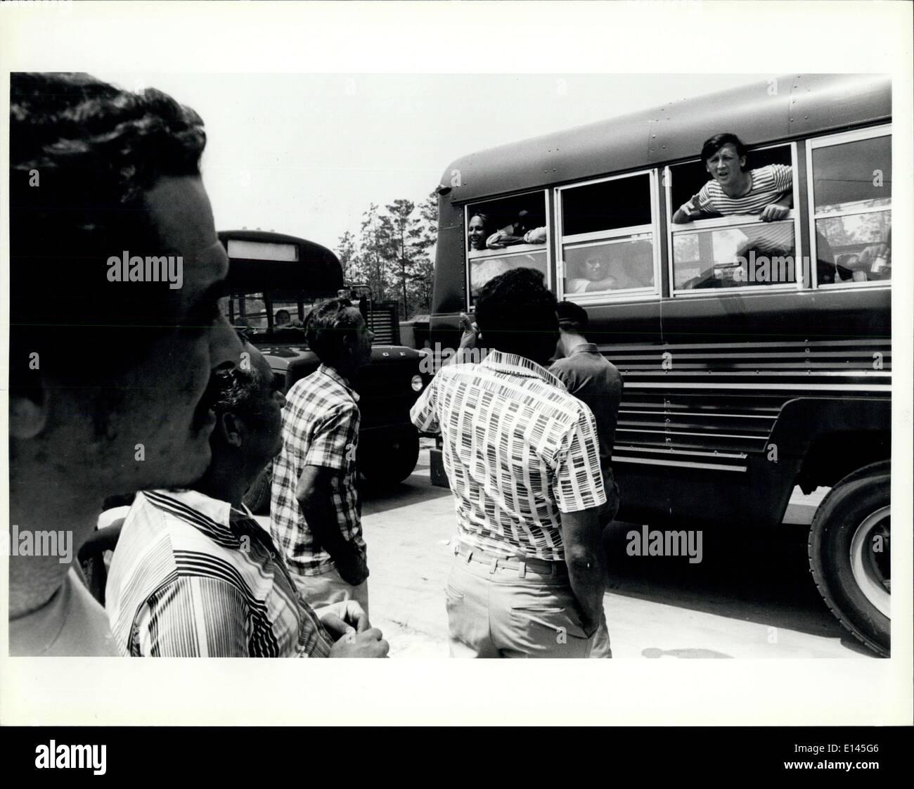 Avril 04, 2012 - Nouveau arrivant à parler des réfugiés cubains réfugiés déjà traitées à la tente dans la ville Fort Walton Beach fairgrounds/Base aérienne d'Eglin. Banque D'Images