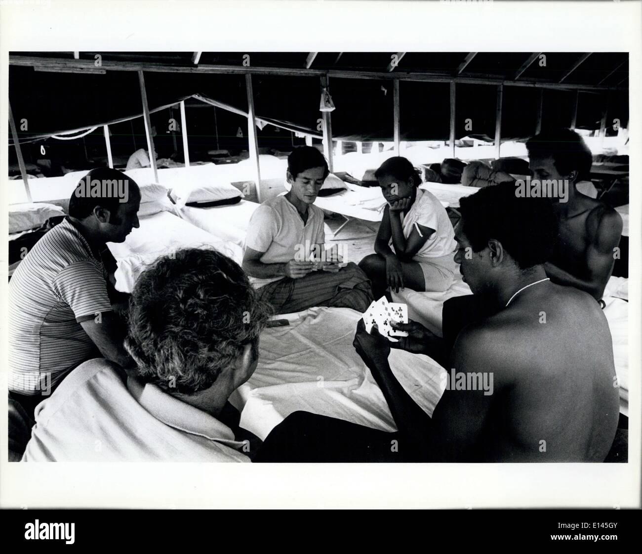 Avril 04, 2012 - les réfugiés cubains passer le temps dans la ville des tentes à Ft. Walton Beach par cartes à jouer. Banque D'Images
