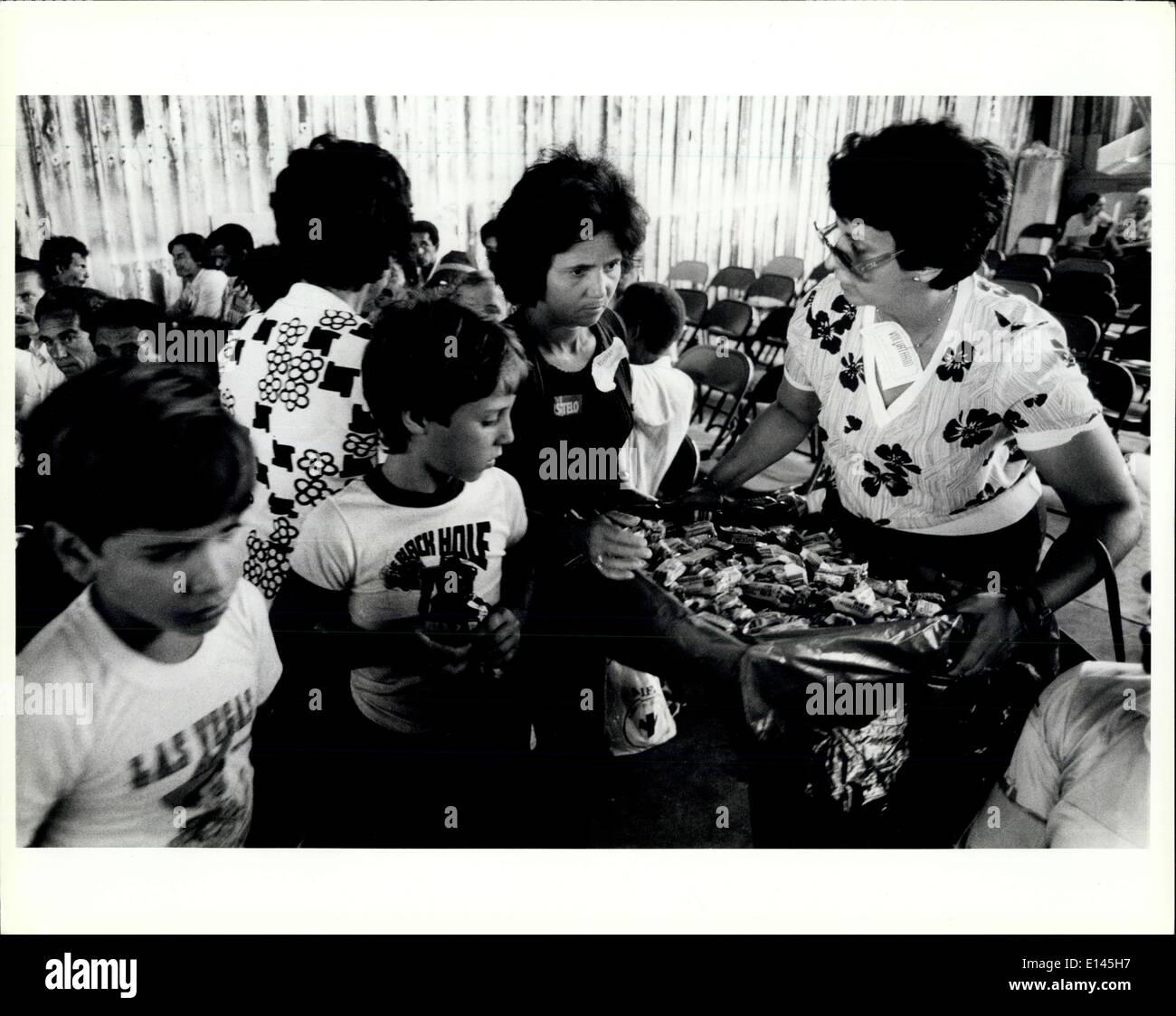 Avril 04, 2012 - Opa Locka: Adultes et Jeunes réfugiés cubains foule autour d'un bénévole qu'elle distribue des bonbons à la personnes en attente de traitement à l'Opa Locka Centre dans la région de Miami. Banque D'Images