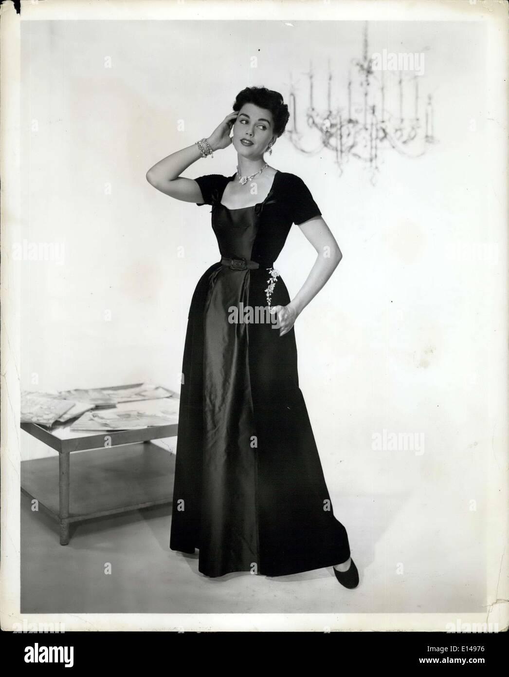 Le 17 avril 2012 - Black -- en pure soie et velours satin pure soie par Christian Dior. Une belle robe d'hôtesse pour un ''let's dress'' le dîner, la robe a un large panneau avant de la hanche souple avec plénitude de chaque côté. Le reste de la robe en velours dispose de petits arcs de chaque côté de la basse, et à collet carré, manches courtes, et d'une jupe évasée avec l'arche aux hanches. Portées au-dessous de la ceinture sur une hanche, une cascade ou délicates fleurs strass. Photo Stock