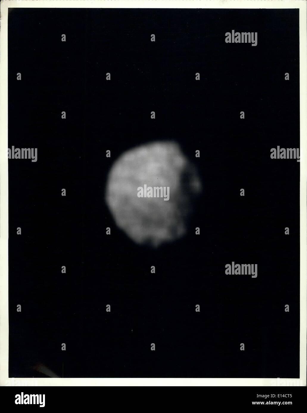 Le 17 avril 2012 - Cette mosaïque des quatre plus hauts -résolution des images d'Ariel représente le plus détaillé de cette image de Voyager 2 satellite d'Uranus. Les images ont été prises à travers le filtre plus clair de voyager est étroit -angle pour le Jan, 1986, à une distance d'environ 130 000 kilomètres (80 000 miles). Ariel sur 1 200 km (750 mi) de diamètre, la résolution ici est de 2,4 km (1,5 mi). Une grande partie de la surface de l';Ariel est densément ponctuées de cratères de 5 à 10 km (3 à 6 mi) l'ensemble. Ces cratères sont proches du seuil de détection dans cette photo Photo Stock