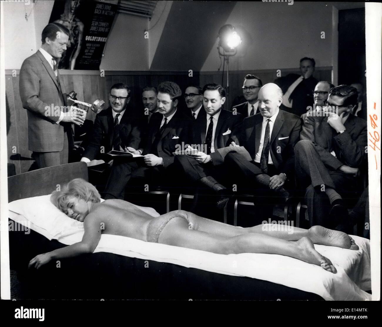 Avril 05, 2012 - ''Bond Femme'' un peu d'éclat à la Conférence d'affaires absolument merveilleux pour les yeux fatigués: conférences d'affaires et ''Pep'' parle pour les commerciaux sont généralement aussi sec-comme-poussière et très uninter esting. Mais-pas si la conférence tenue récemment par une batterie bien connu Company à Londres. l'administration a réuni les chefs d'entreprises du district pour une conférence et une projection du nouveau film de James Bong ''Goldfinger''-auquel leurs produits ont été utilisés Photo Stock