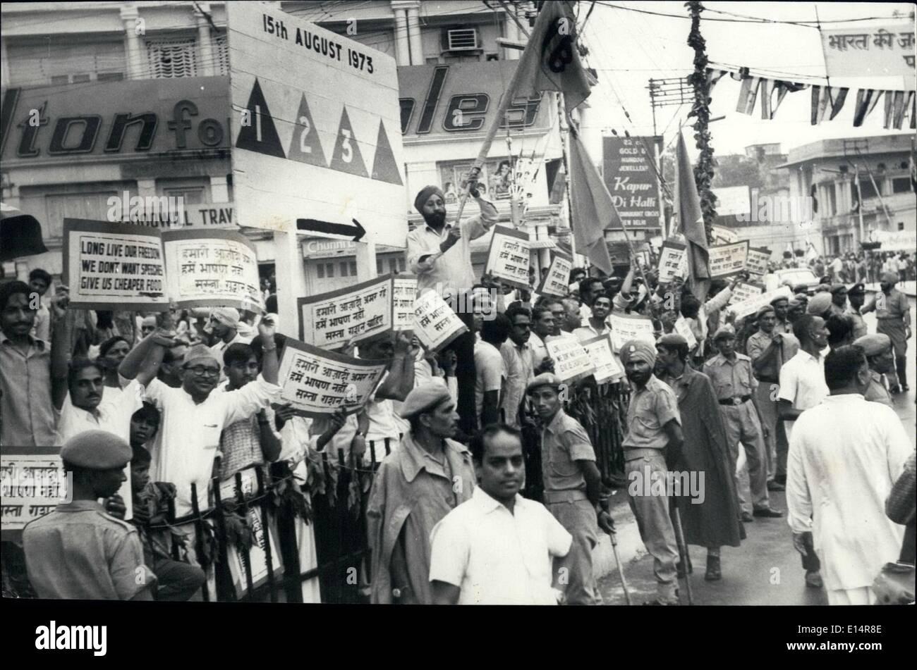 18 avril 2012 - Non communistes de l'opposition la tenue d'une manifestation à Delhi Gate pour protester contre la hausse des prix, en tant que premier ministre est passé de Delhi Gate sur sa façon de s'attaquer à la Nation à l'occasion du 26e anniversaire de l'indépendance de l'Inde le 15 août Jour de l'historique Fort Rouge à Delhi. Photo Stock