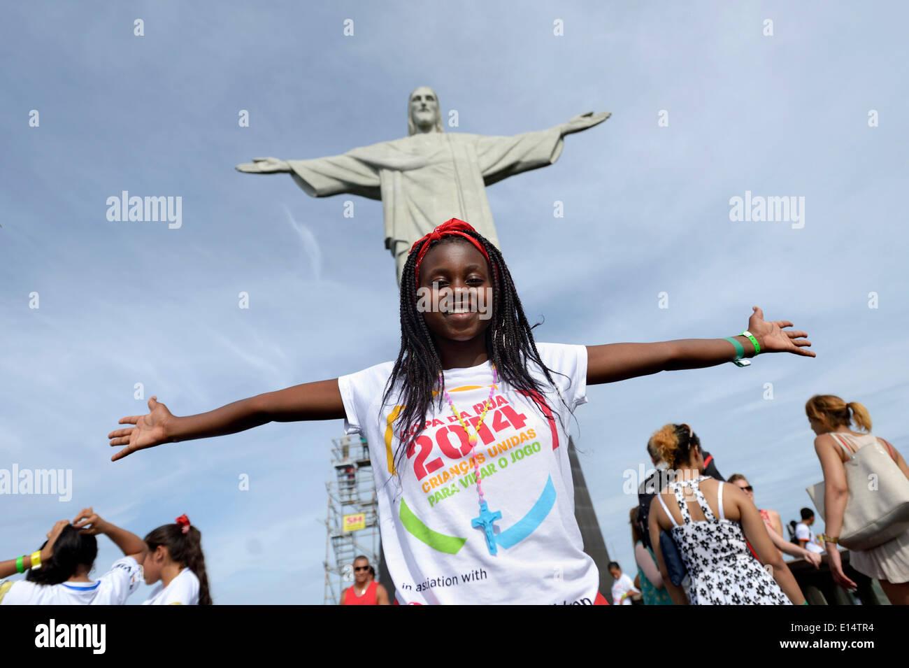 Jeune femme du Mozambique avec ses bras tendus devant la statue du Christ Rédempteur, Cristo Redentor Photo Stock
