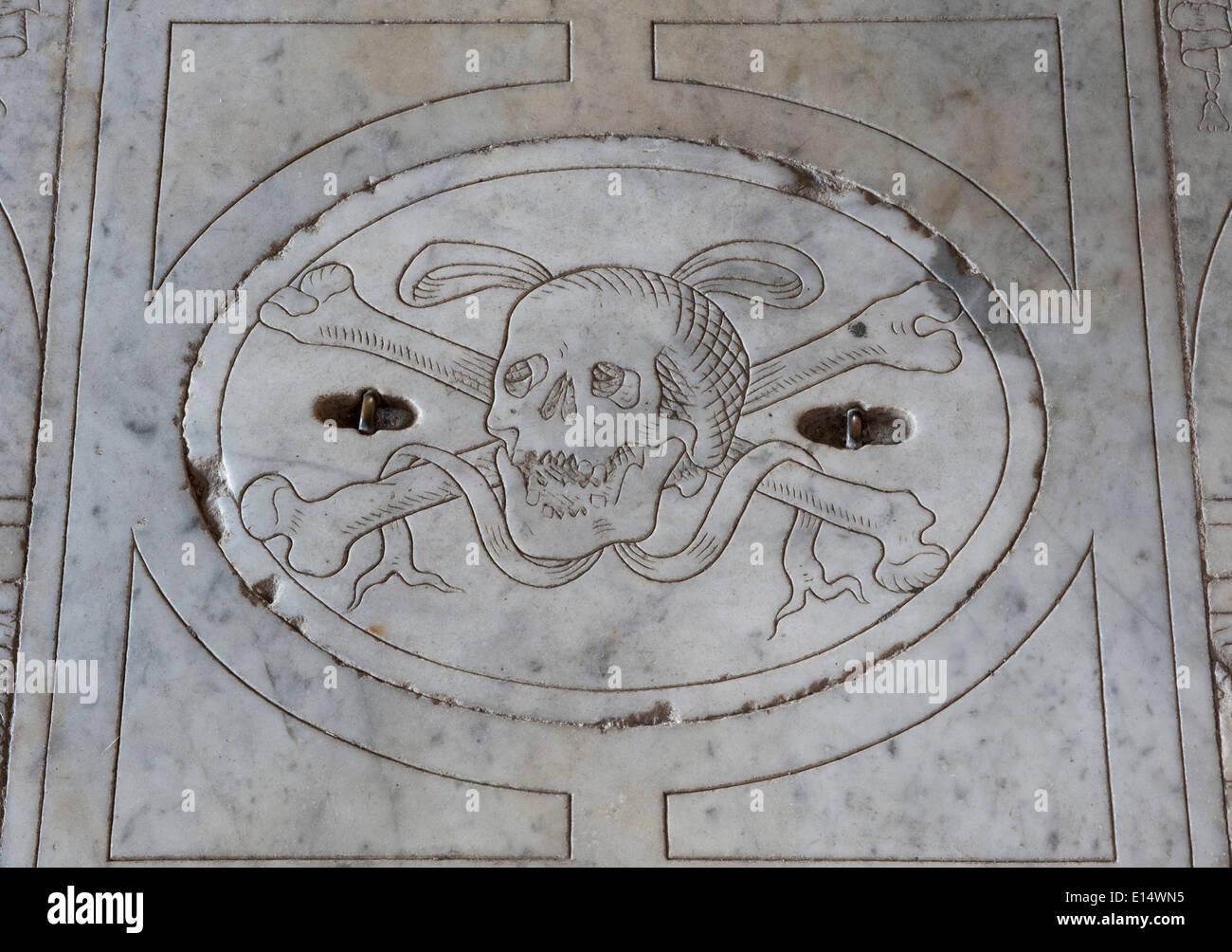Plaque de marbre avec un allégement du crâne, église de Sant'Agostino, San Gimignano, Toscane, Italie Photo Stock