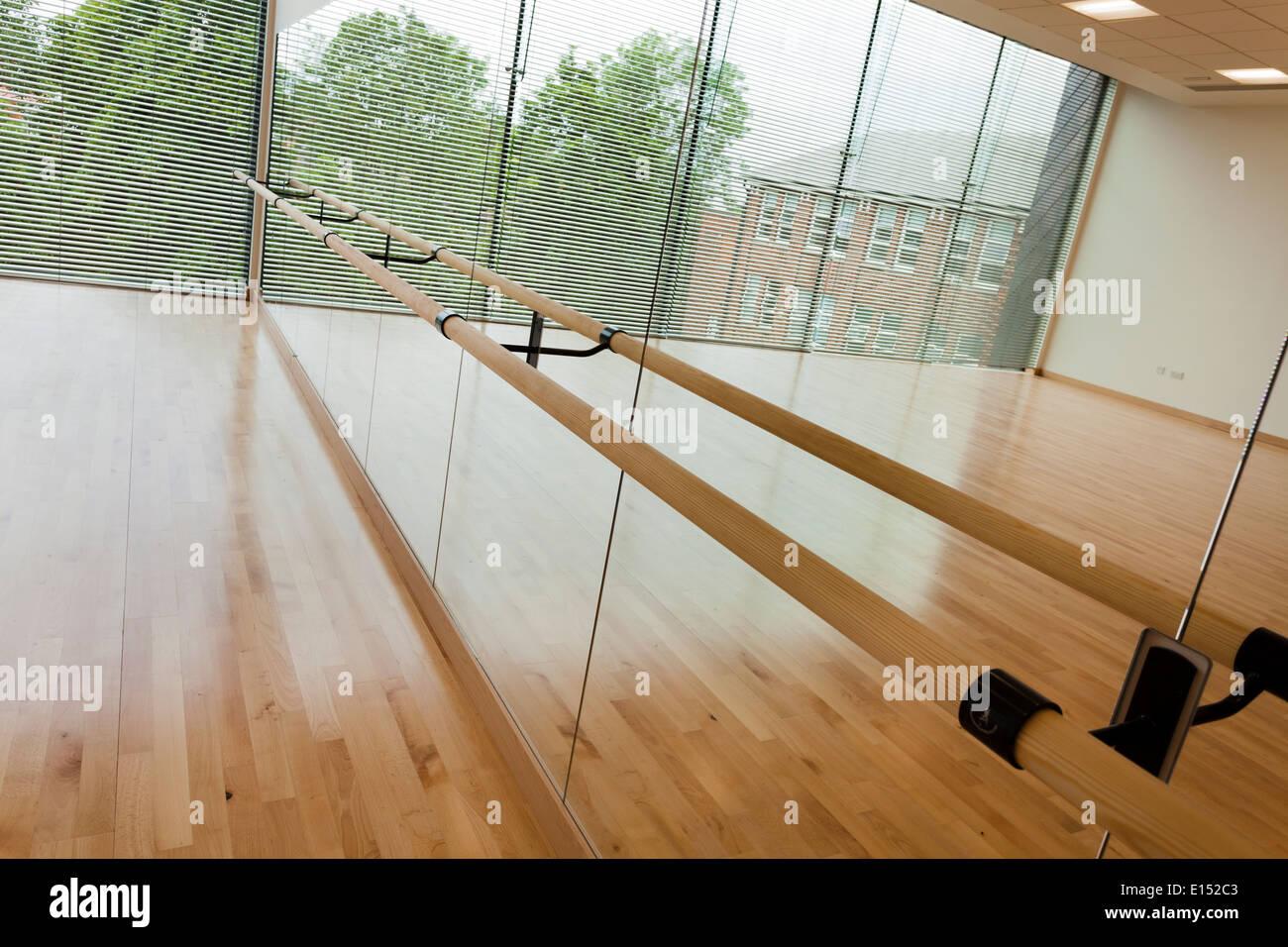 Studio de danse et mur miroir à Notting Hill High School d'Ealing. Photo Stock