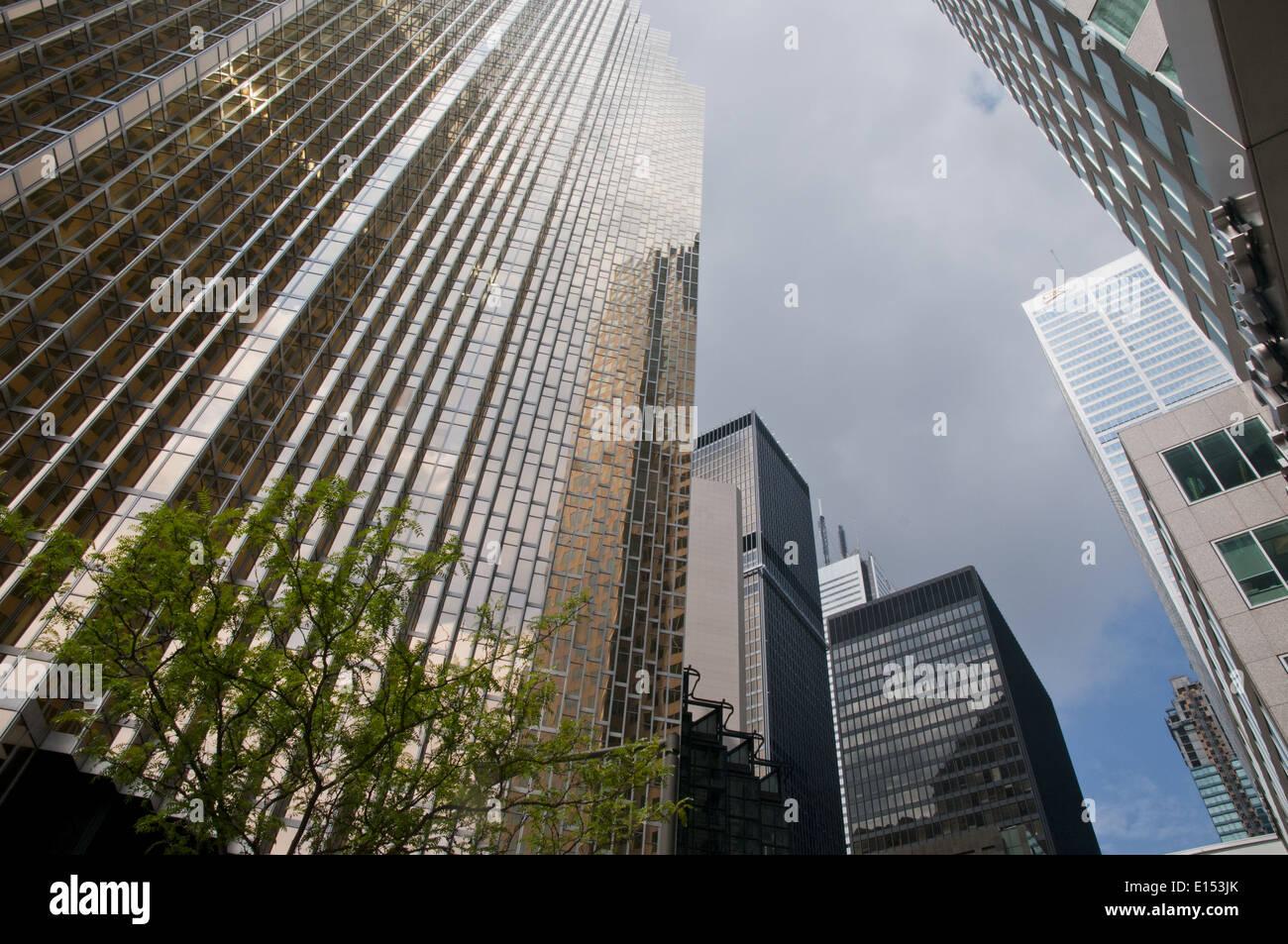 Une vue sur la rue des grands immeubles de bureaux du quartier