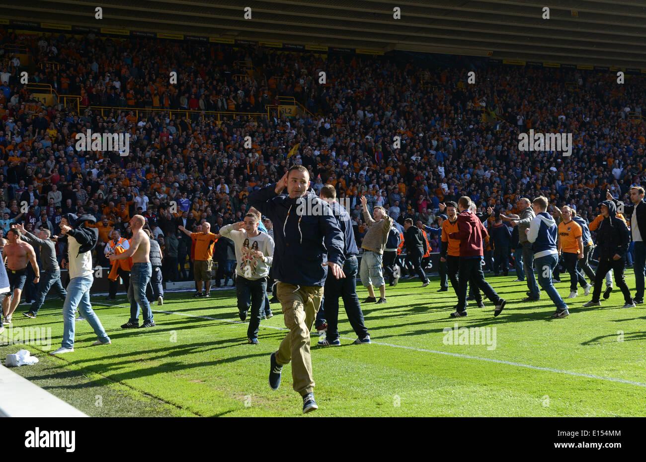 Envahissement du terrain des supporters de football fans opposition incitation à UK Photo Stock