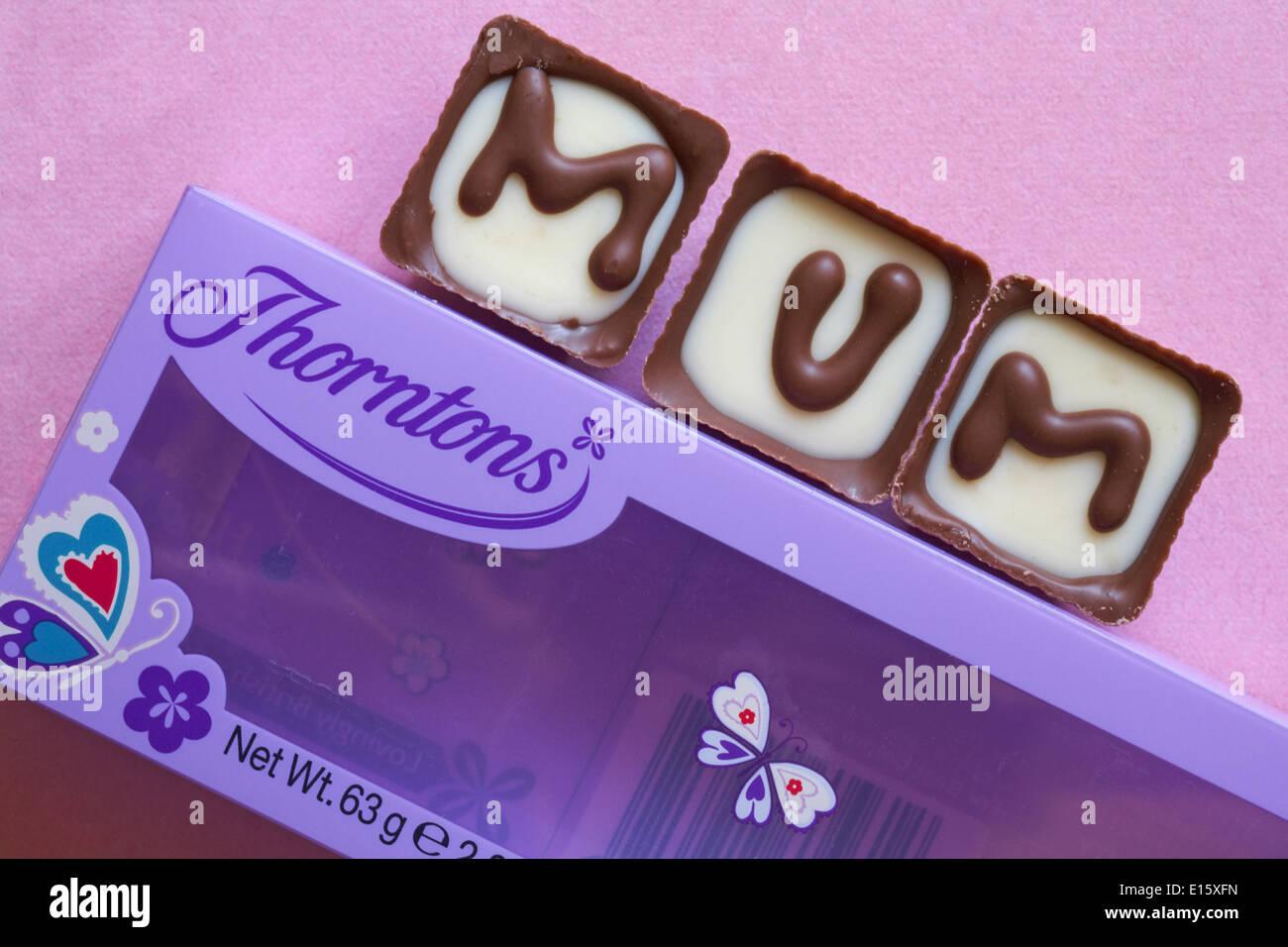 Thorntons Maman chocolats pour la Fête des Mères, le maternage dimanche sur fond rose Photo Stock