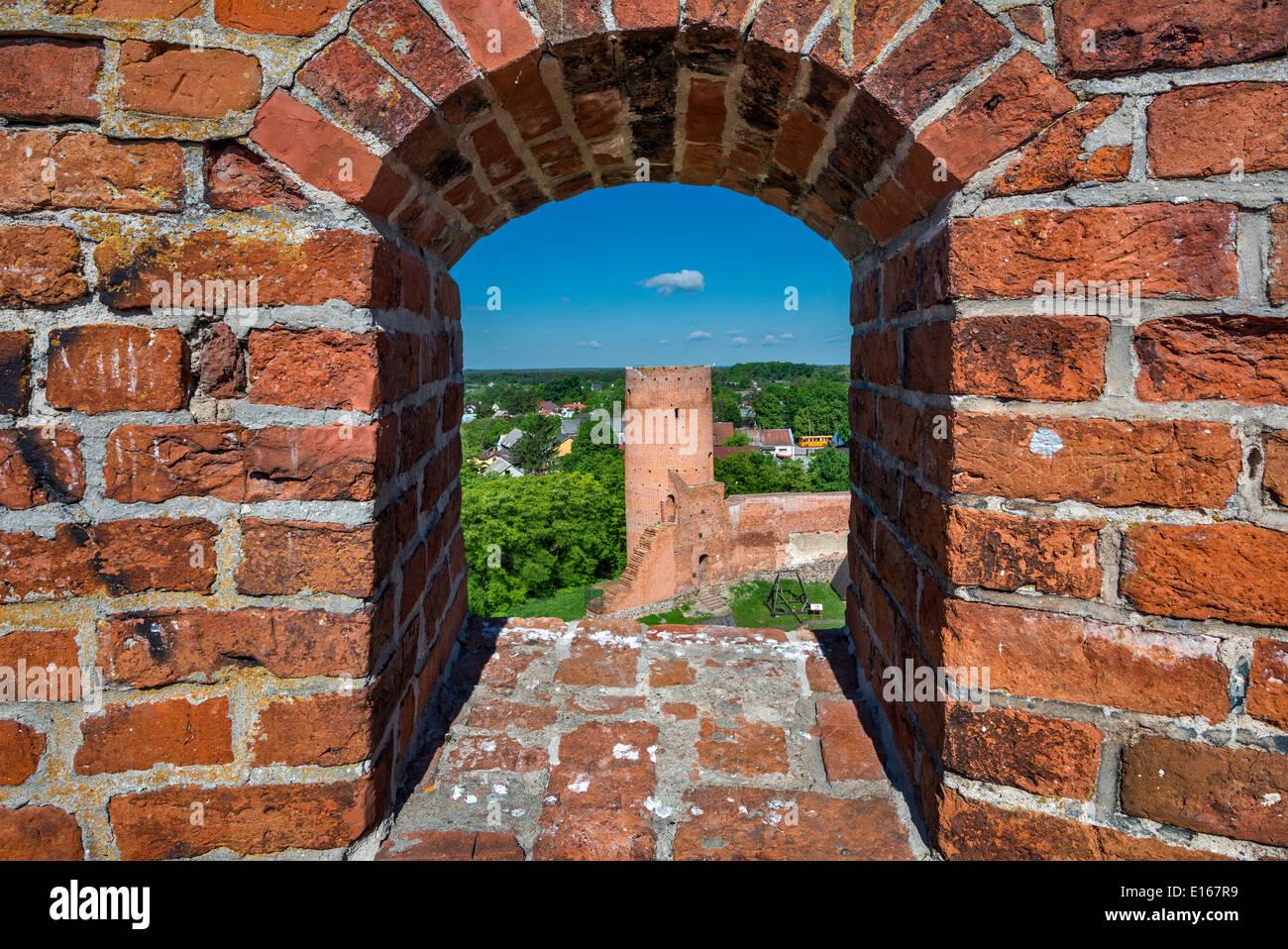 Tour ouest vu par meurtrière à tour sud de Princes de Mazovie château médiéval près du village de Czersk, Mazovie, Pologne Photo Stock