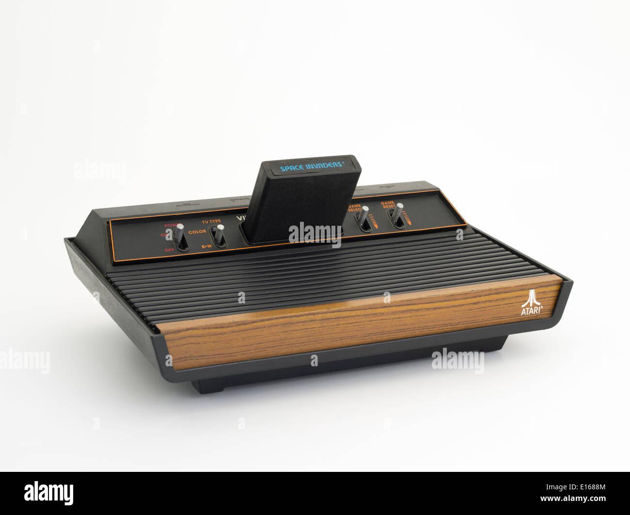 Console de jeux vidéo Atari 2600 Atari VCS, pour la vidéo Système informatique avec jeu Space Invaders classic 80's jouet pour enfants Photo Stock