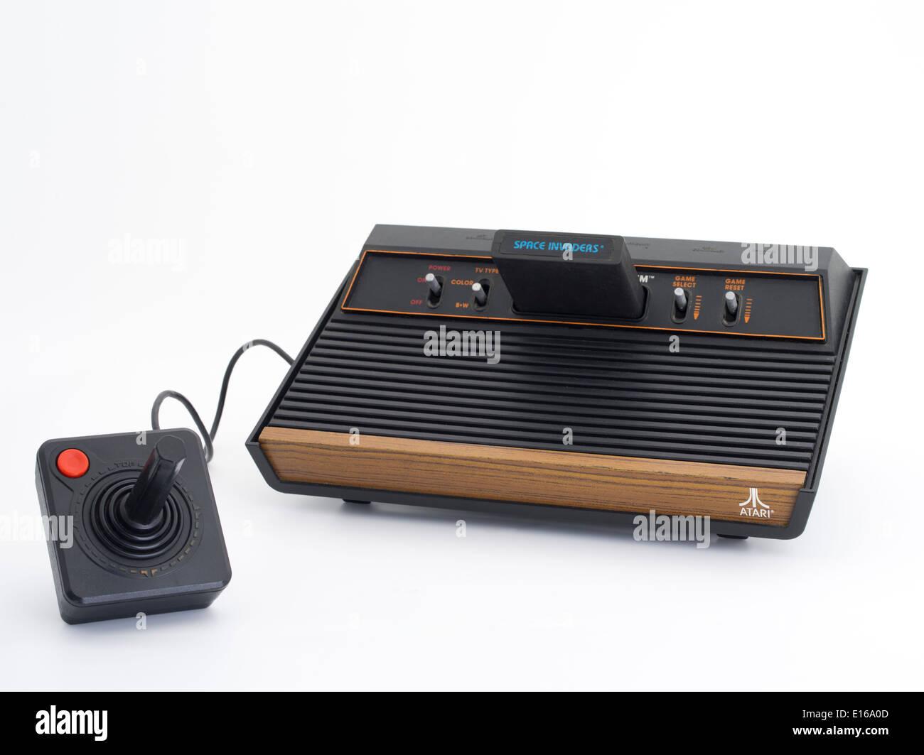 Atari 2600 est une console de jeux vidéo Atari VCS, pour la vidéo Système informatique avec jeu Space Invaders et joystick Photo Stock